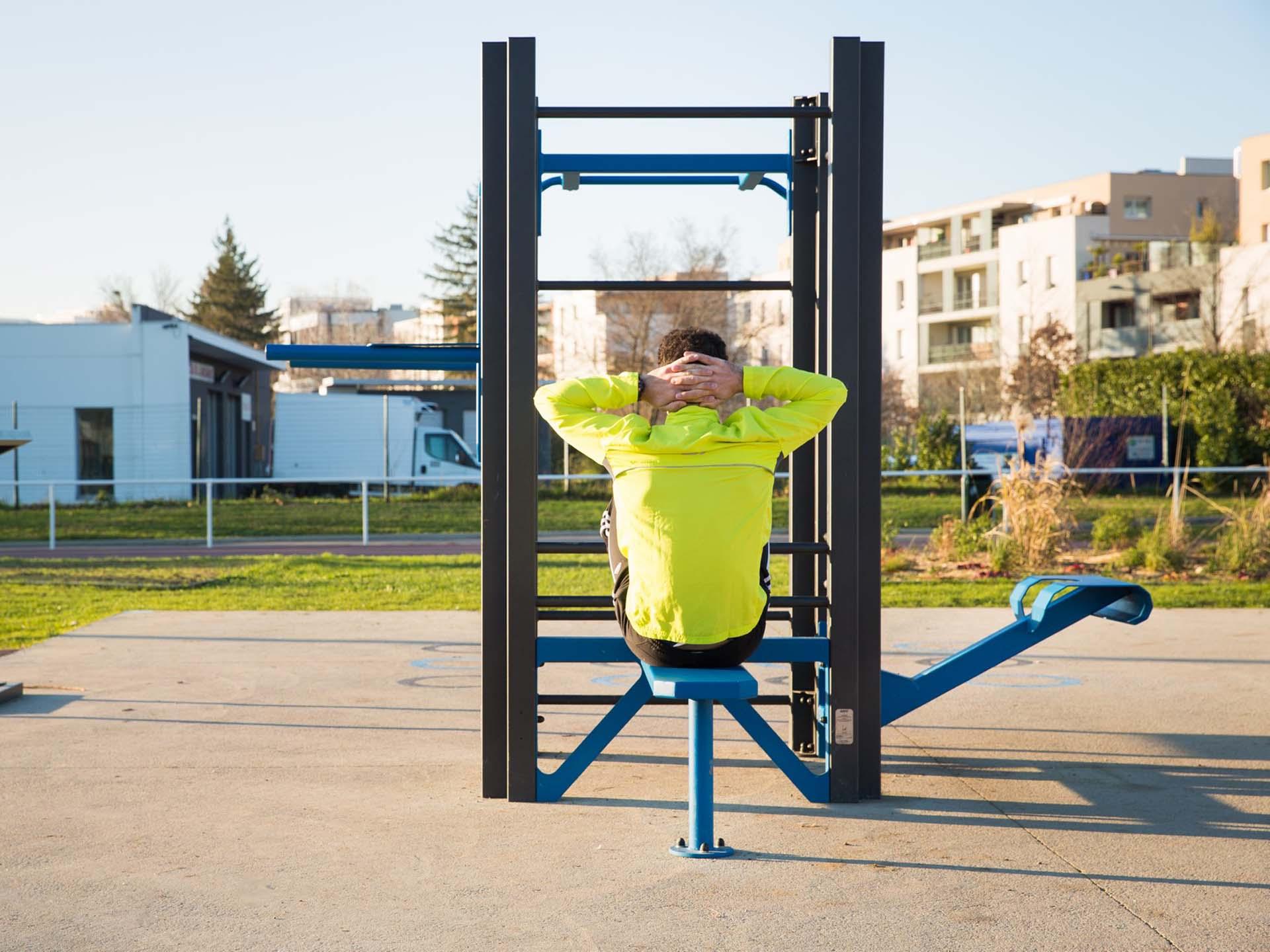 Photo d'un homme faisant du sport sur un équipement à Vaulx en Velin