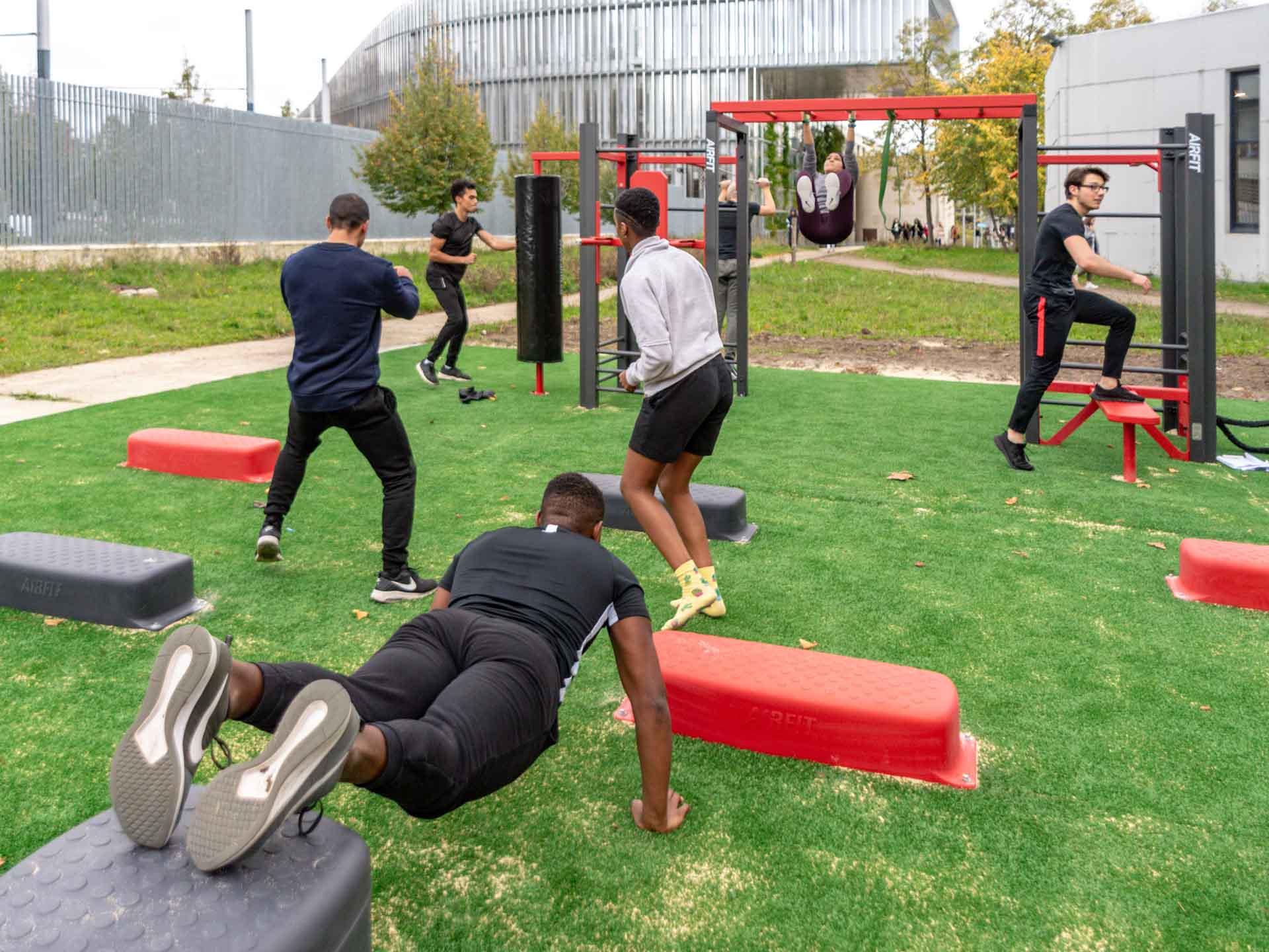 Photo d'une séance collective de sport menée par un coach au campus de Villetaneuse