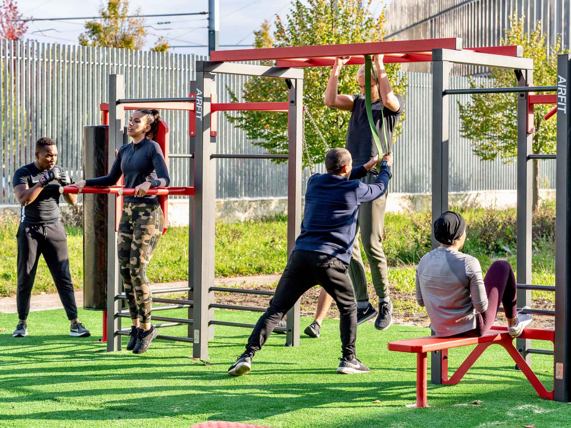 Photo d'un coach en plein cours collectif sur le plateau sportif du campus de Villetaneuse