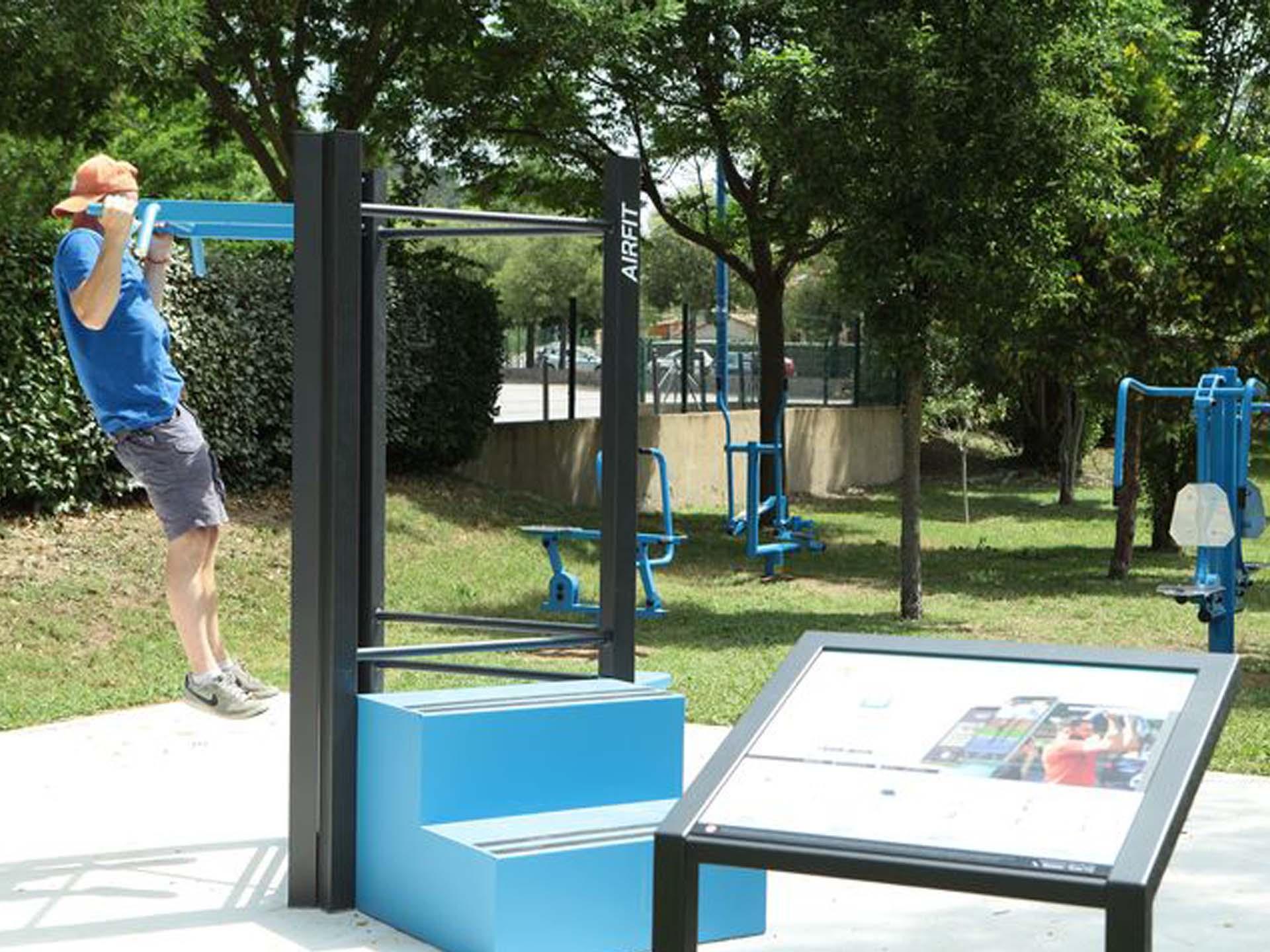 Photo d'un sportif réalisant une traction sur les équipements sportifs Meyreuil