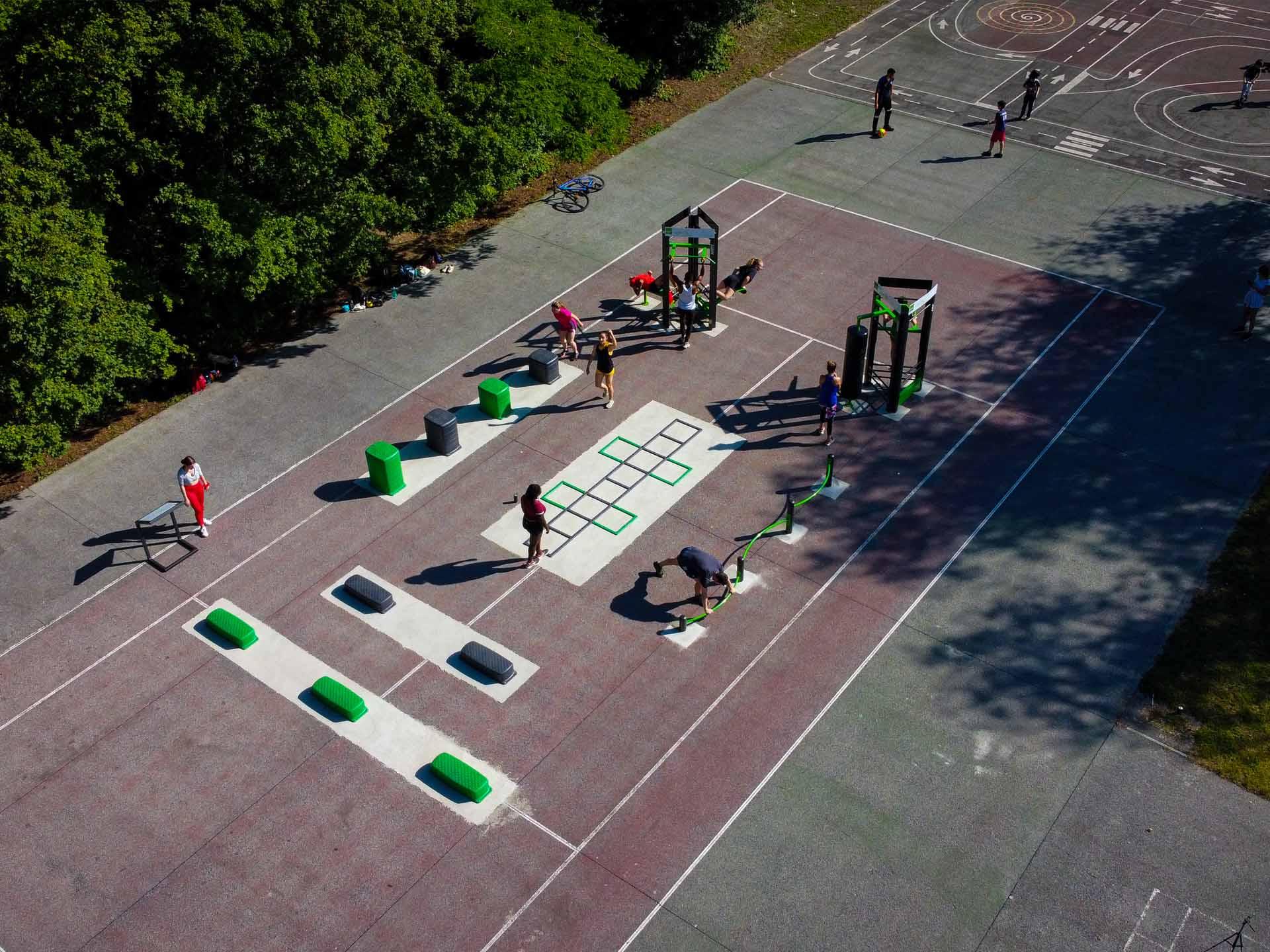 Photo de l'aire de fitness avec des sportifs du parc Saint John Perse à Reims