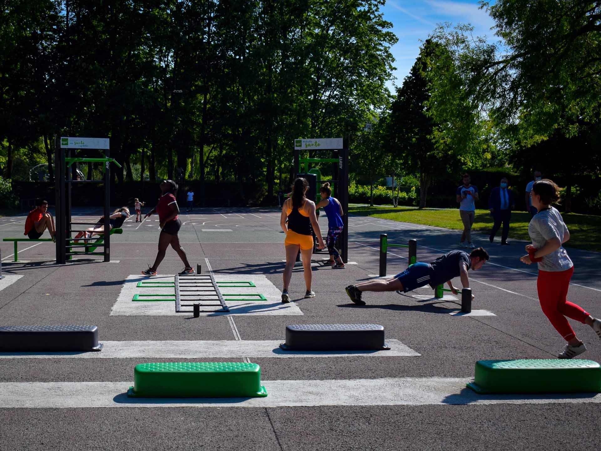 Photo du plateau sportif du Parc Saint John Perse avec des sportifs en action