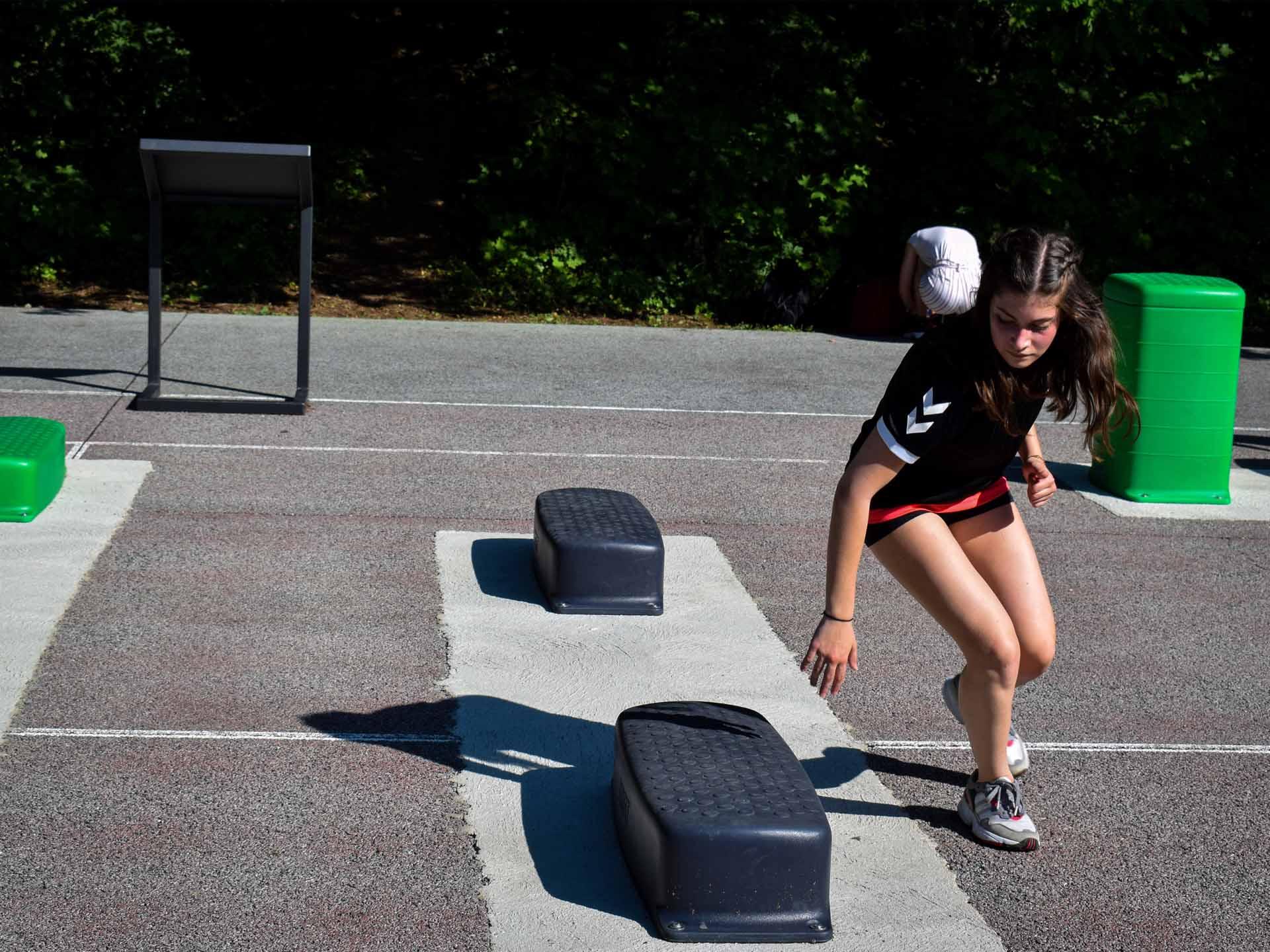 Photo d'une sportive en train de pratiquer sur un step AirFit à Reims