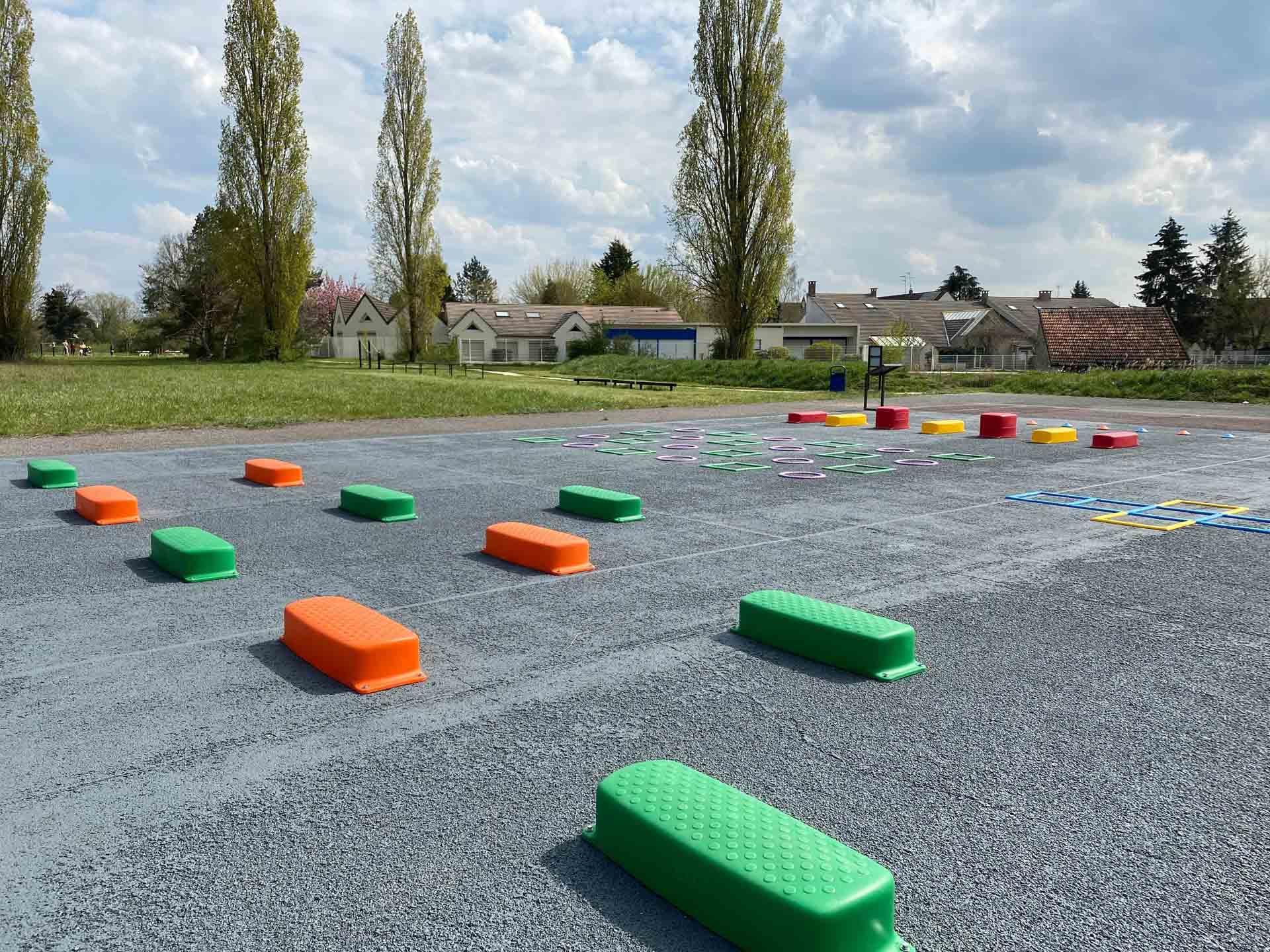 Photo de l'aire de fitness en extérieur derrière l'école maternelle Ollainville