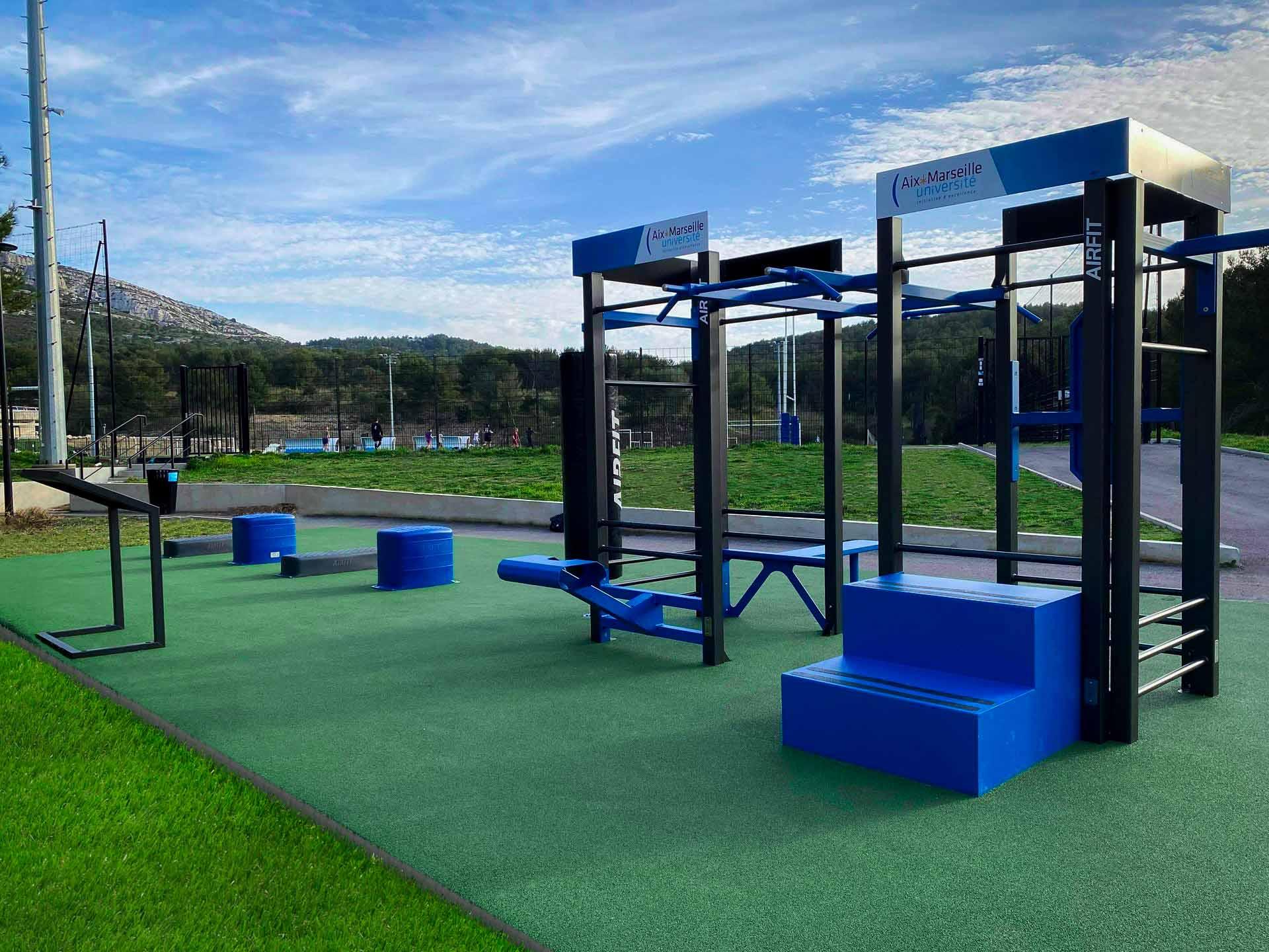 Photo de l'aire de fitness en extérieur - campus Luminy Aix Marseille Université