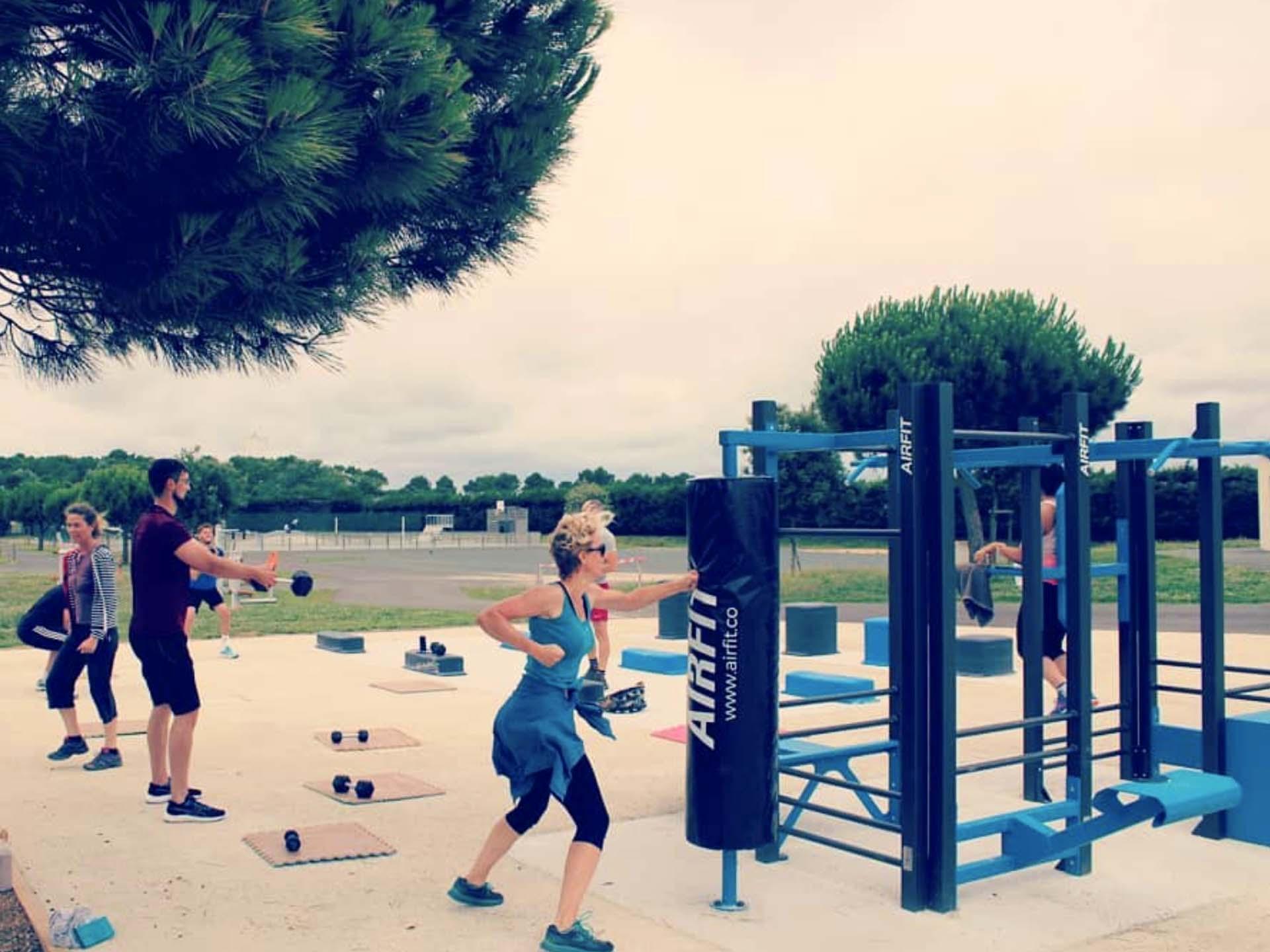 Photo d'un cours collectif de sport sur les équipements sportifs du Clouzy