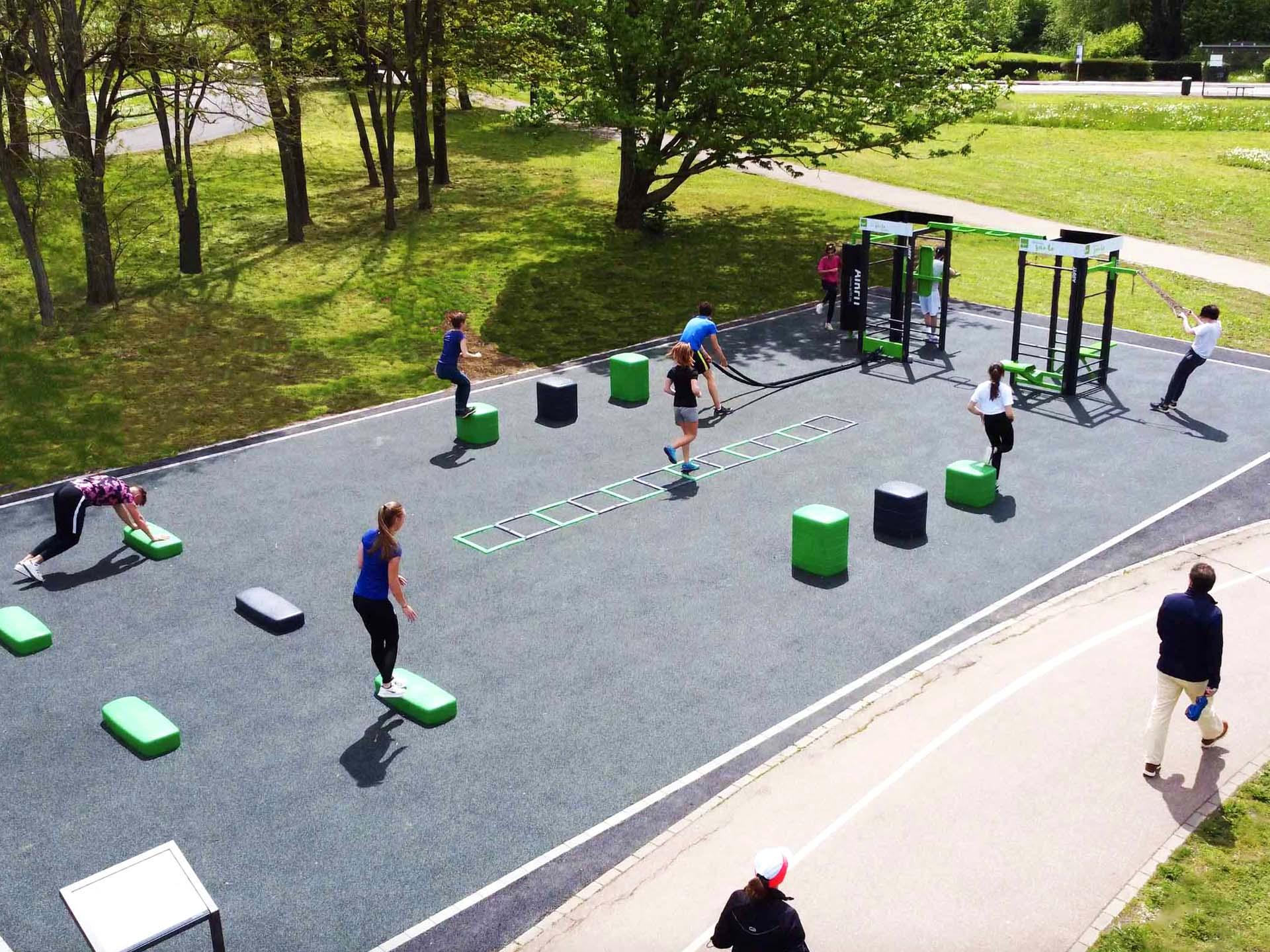 Photo de l'aire de fitness extérieure avec des sportifs du Lac Symphonie à Metz