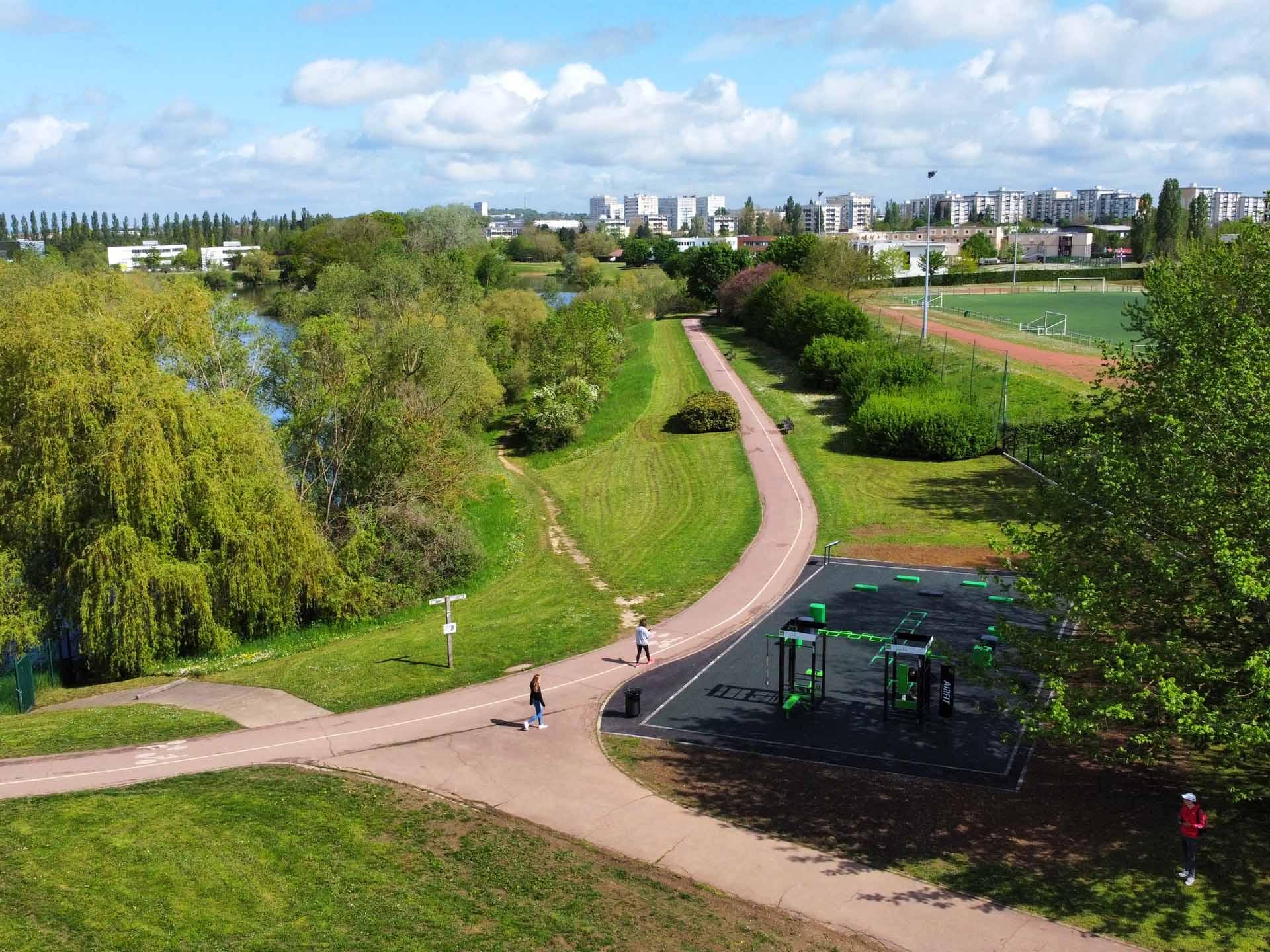 Photo du lac Symphonie à Metz avec un plateau sportif plein air en premier plan