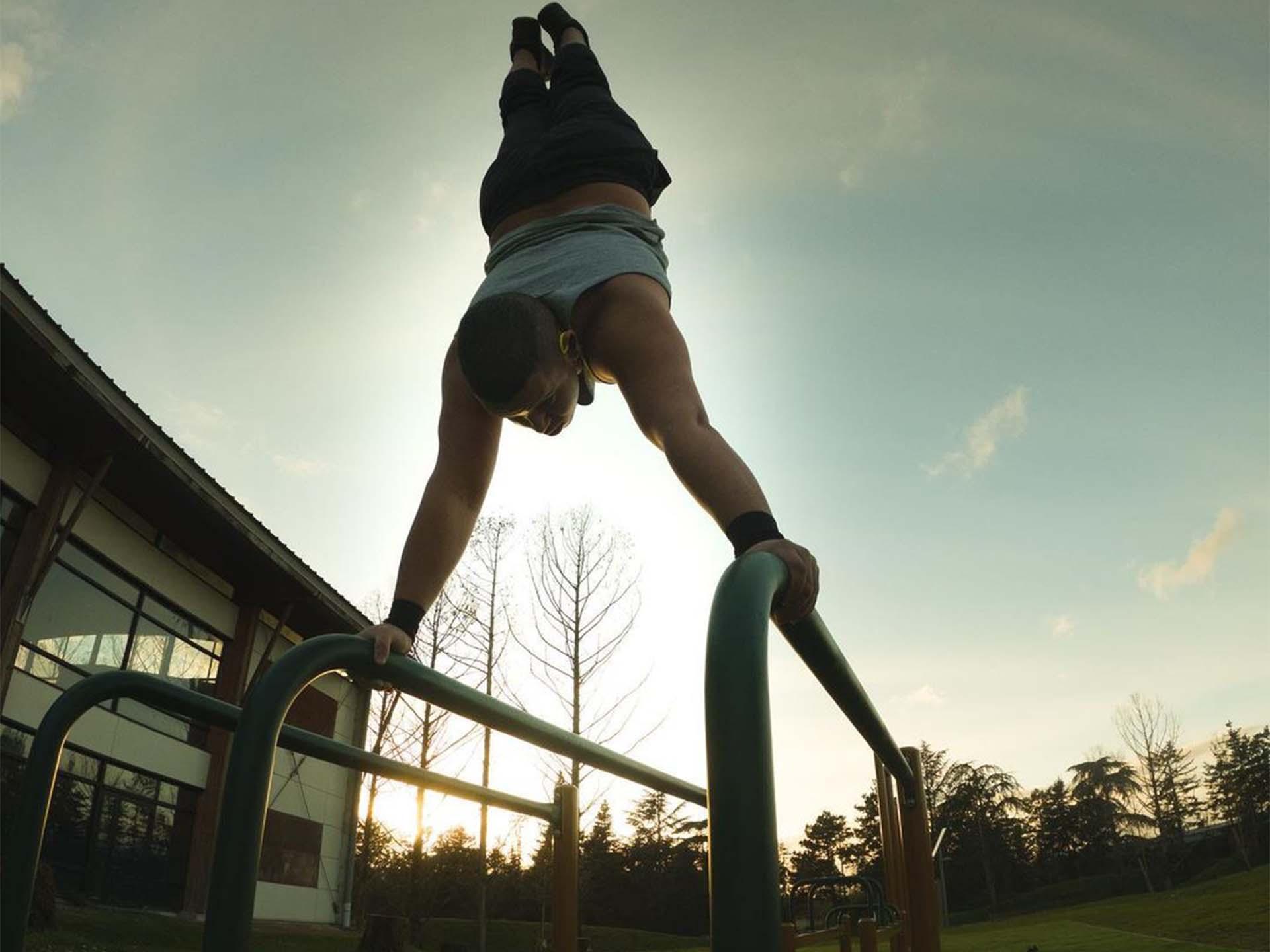 Photo d'une aire de Street-Workout avec un sportif à Issoudun