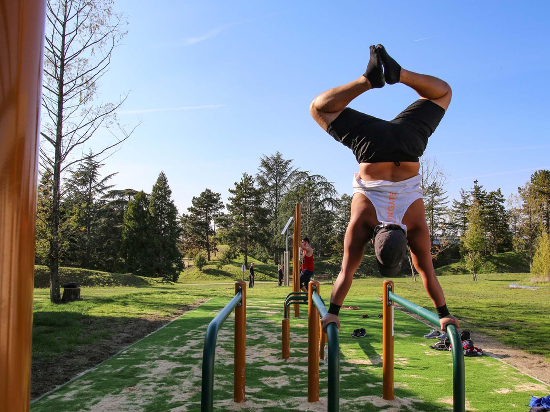 Photo d'un jeune homme faisant des figures de Street-Workout sur les équipements sportifs d'Issoudun