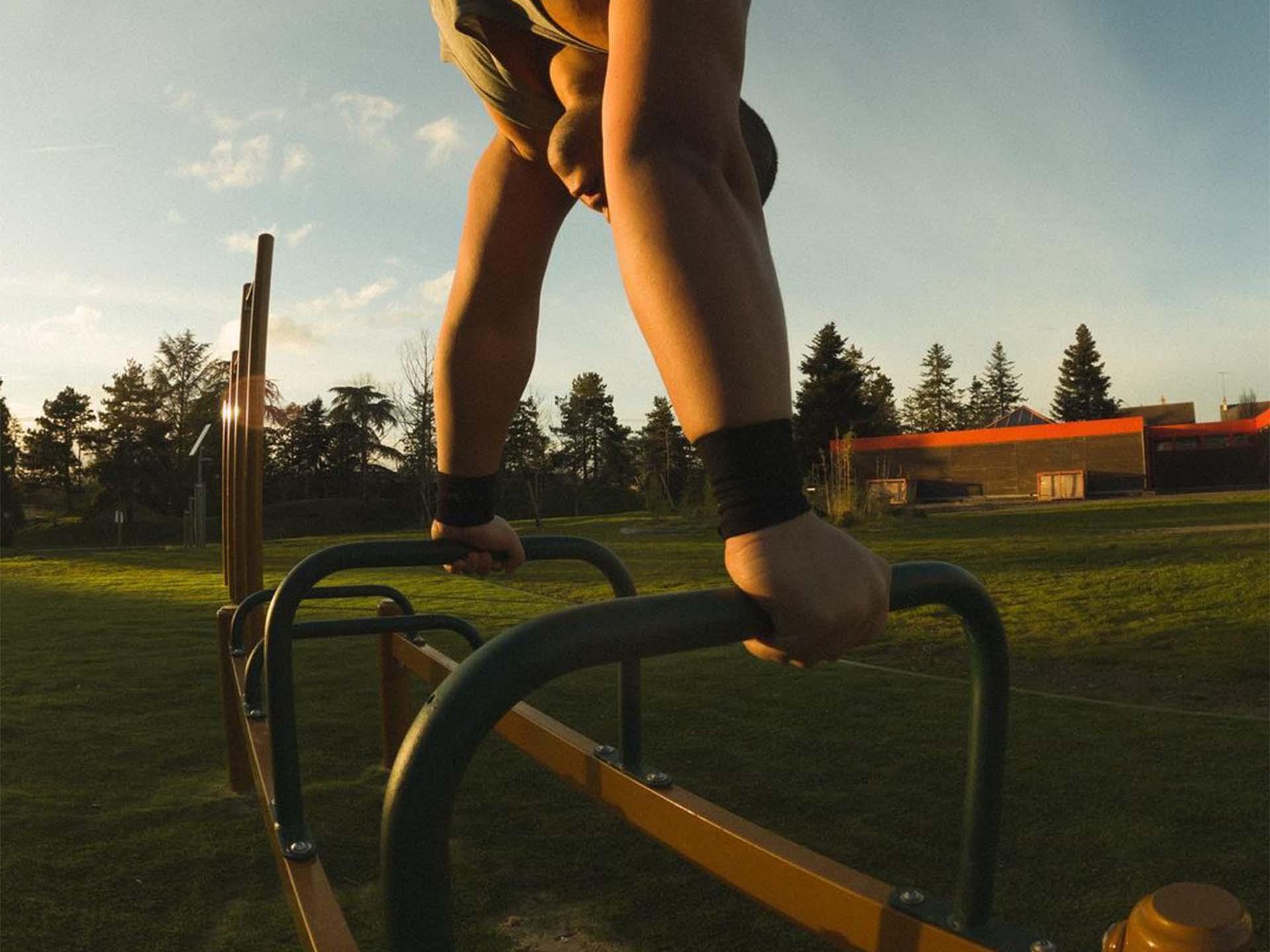 Photo d'un sportif faisant de la callisthénie sur le spot de Street-Workout d'Issoudun