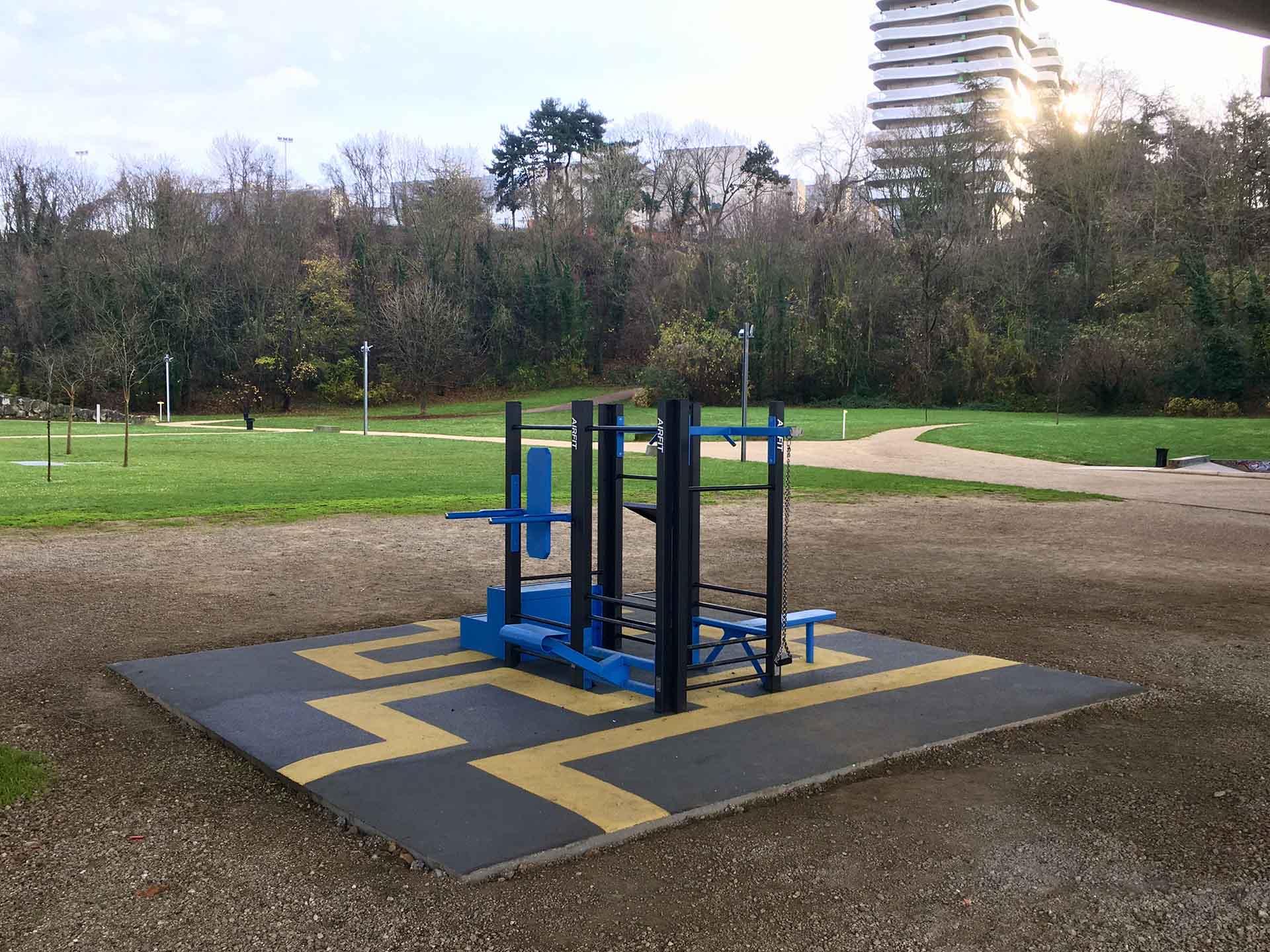 Photo de l'aire de fitness en extérieur AirFit dans le Parc du Coteau à Arcueil