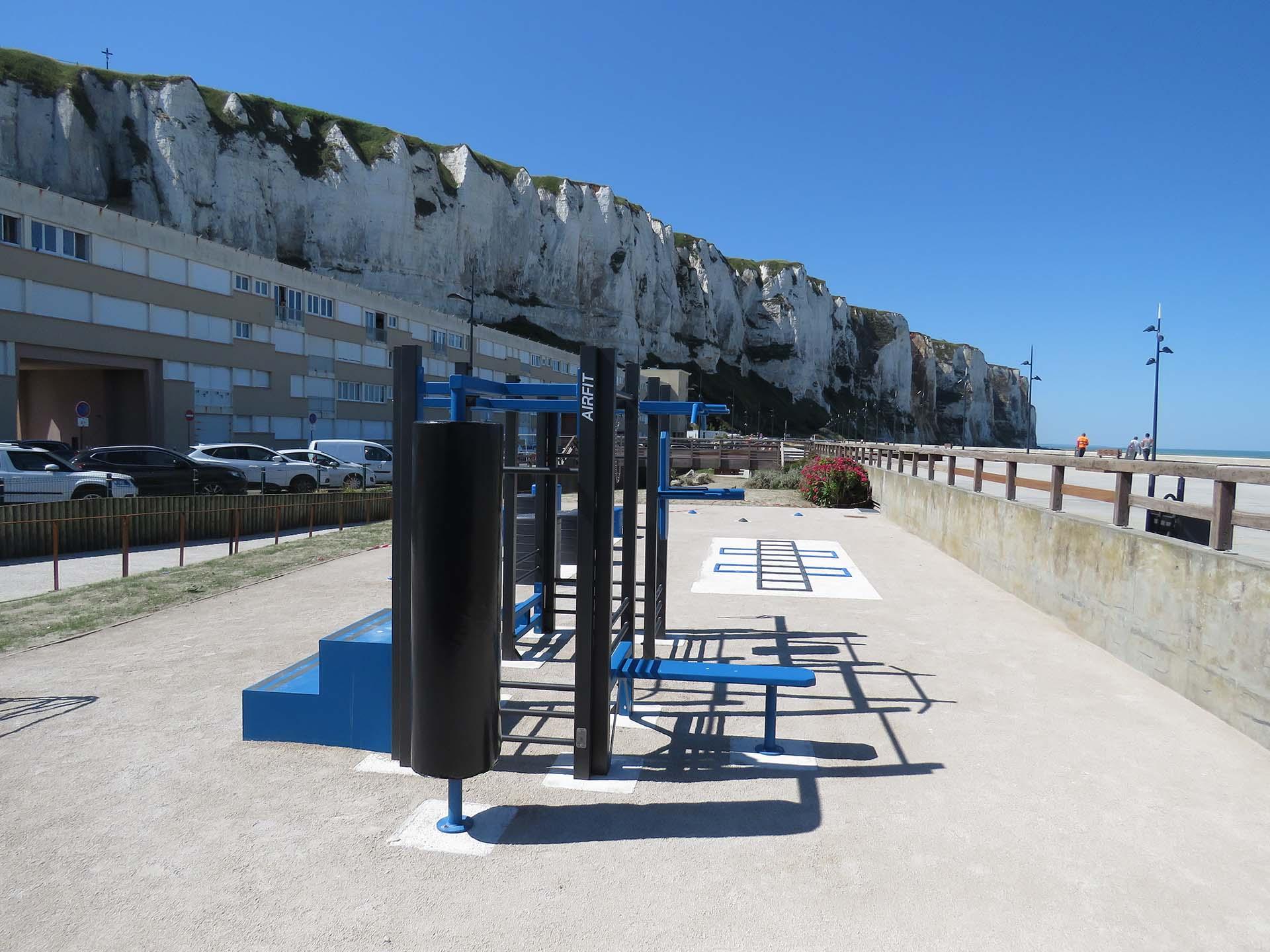 Photo des équipements sportifs de plein air installés sur l'esplanade Louis Aragon du Tréport