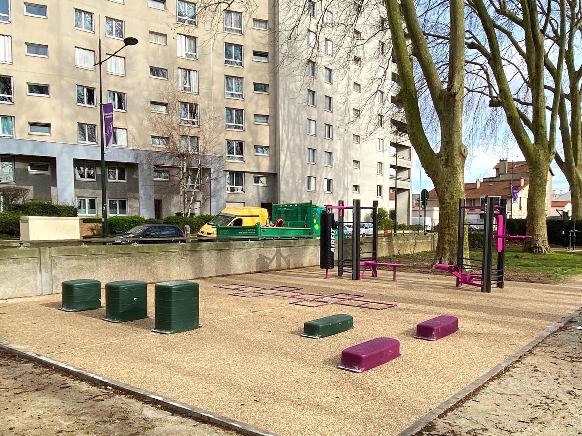 Photo des équipements sportifs extérieurs devant la piscine d'Alfortville