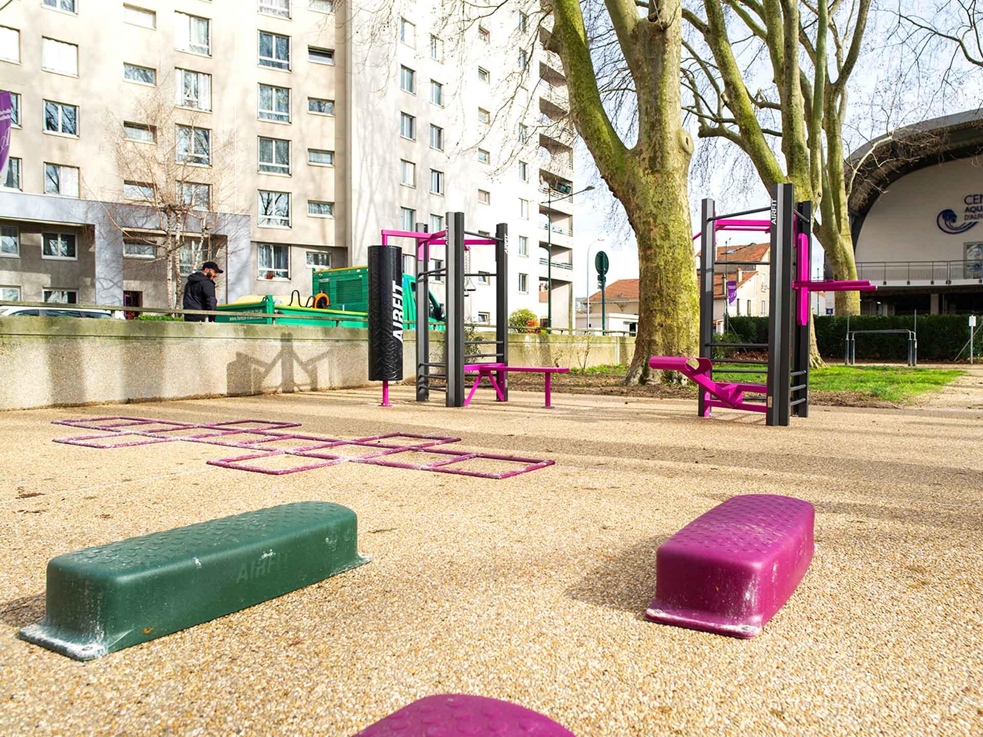 Photo de l'aire de fitness en plein air d'Alfortville devant la piscine