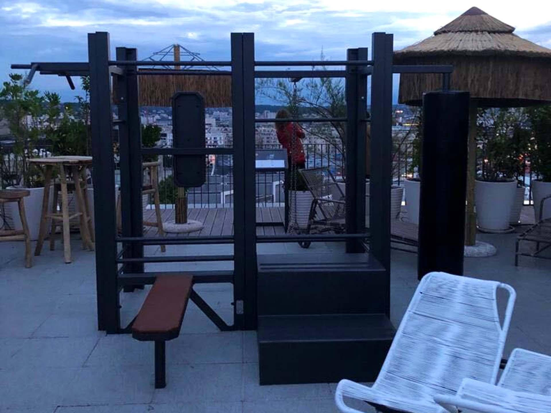 Photo de l'aire de fitness connectée sur le rooftop d'un hôtel Mama Shelter