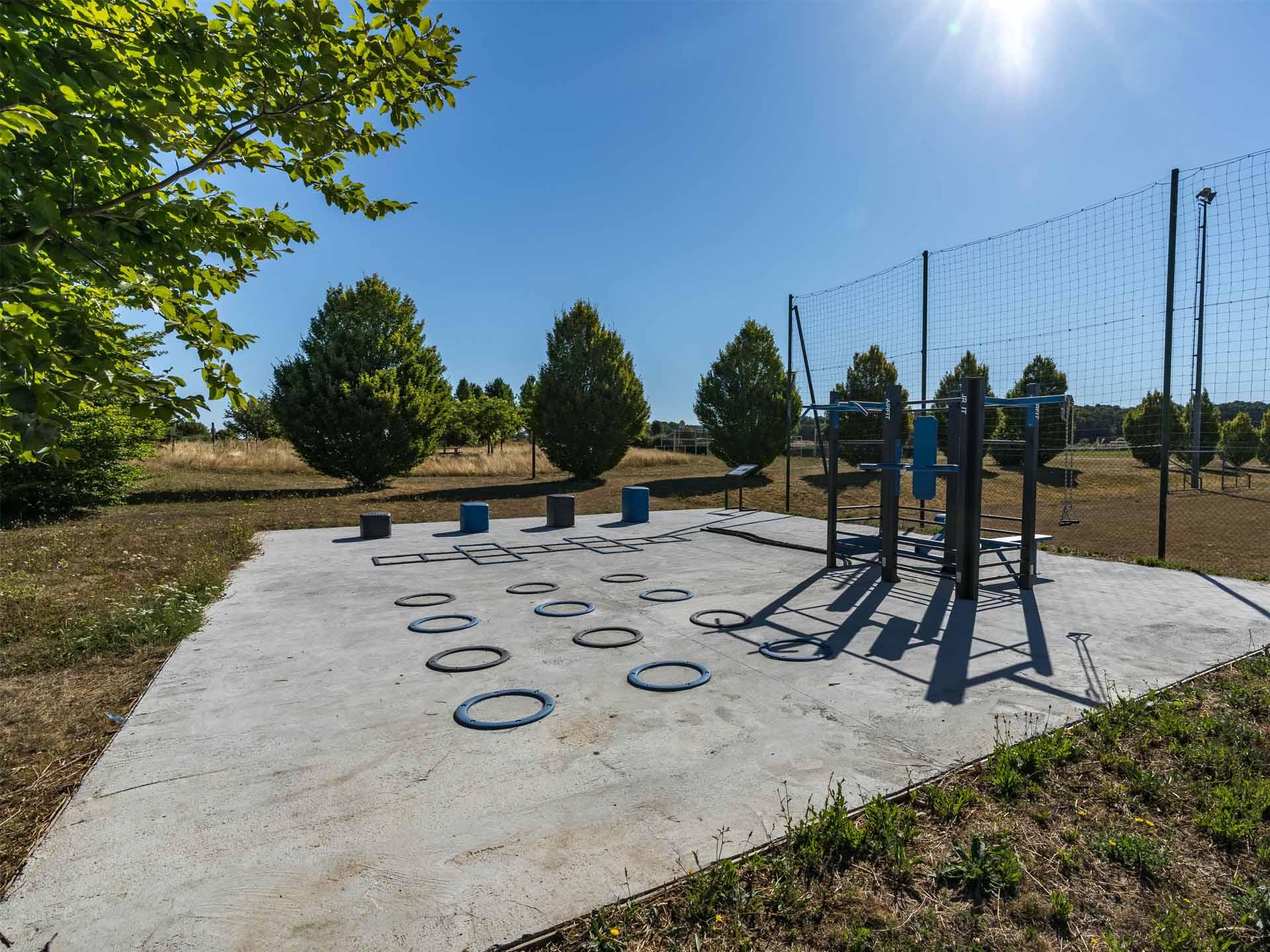 Photo de l'aire de fitness extérieur au stade municipal de Verneuil l'Etang