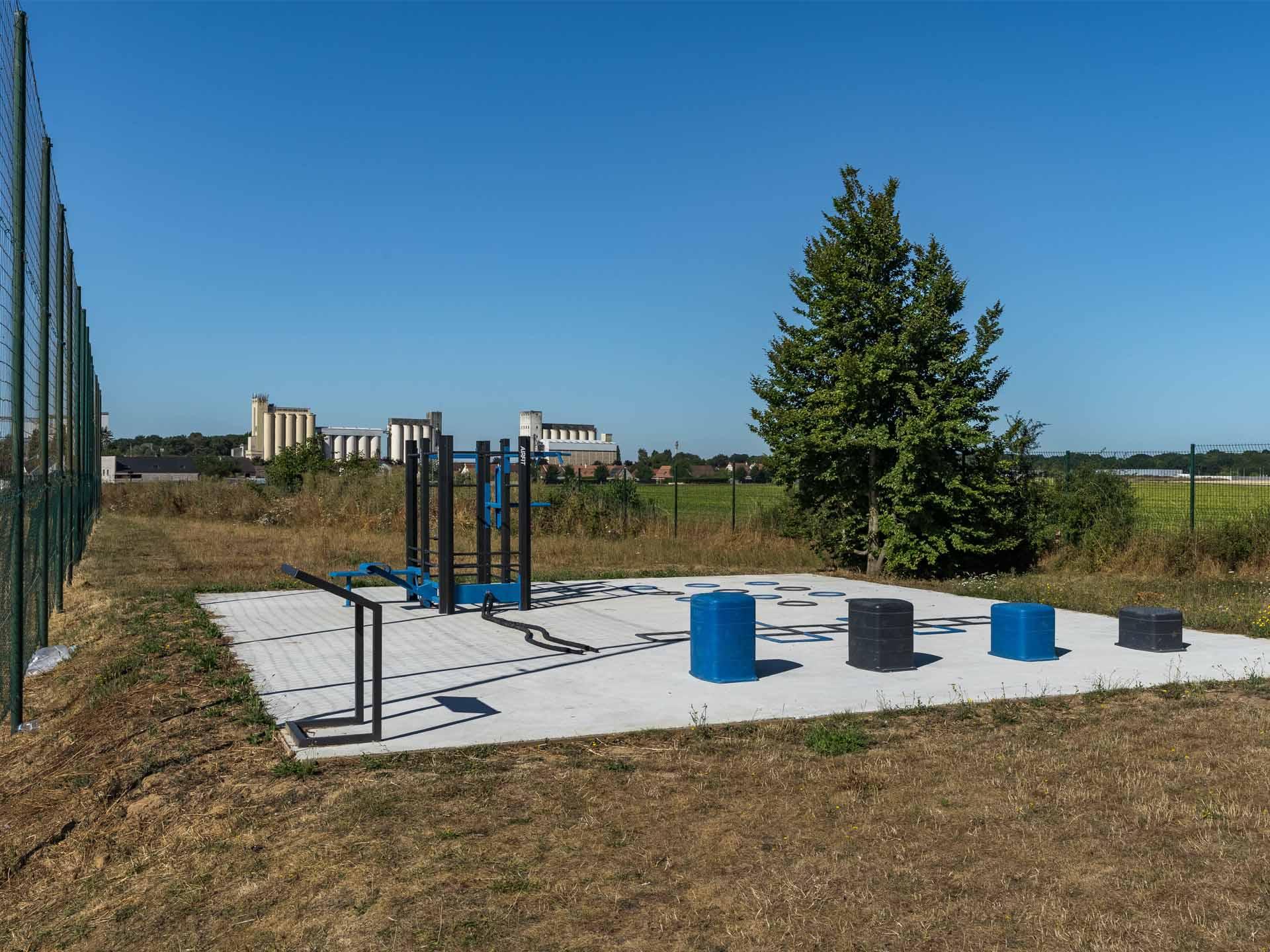 Photo de l'aire sportive derrière le stade - Verneuil l'Etang
