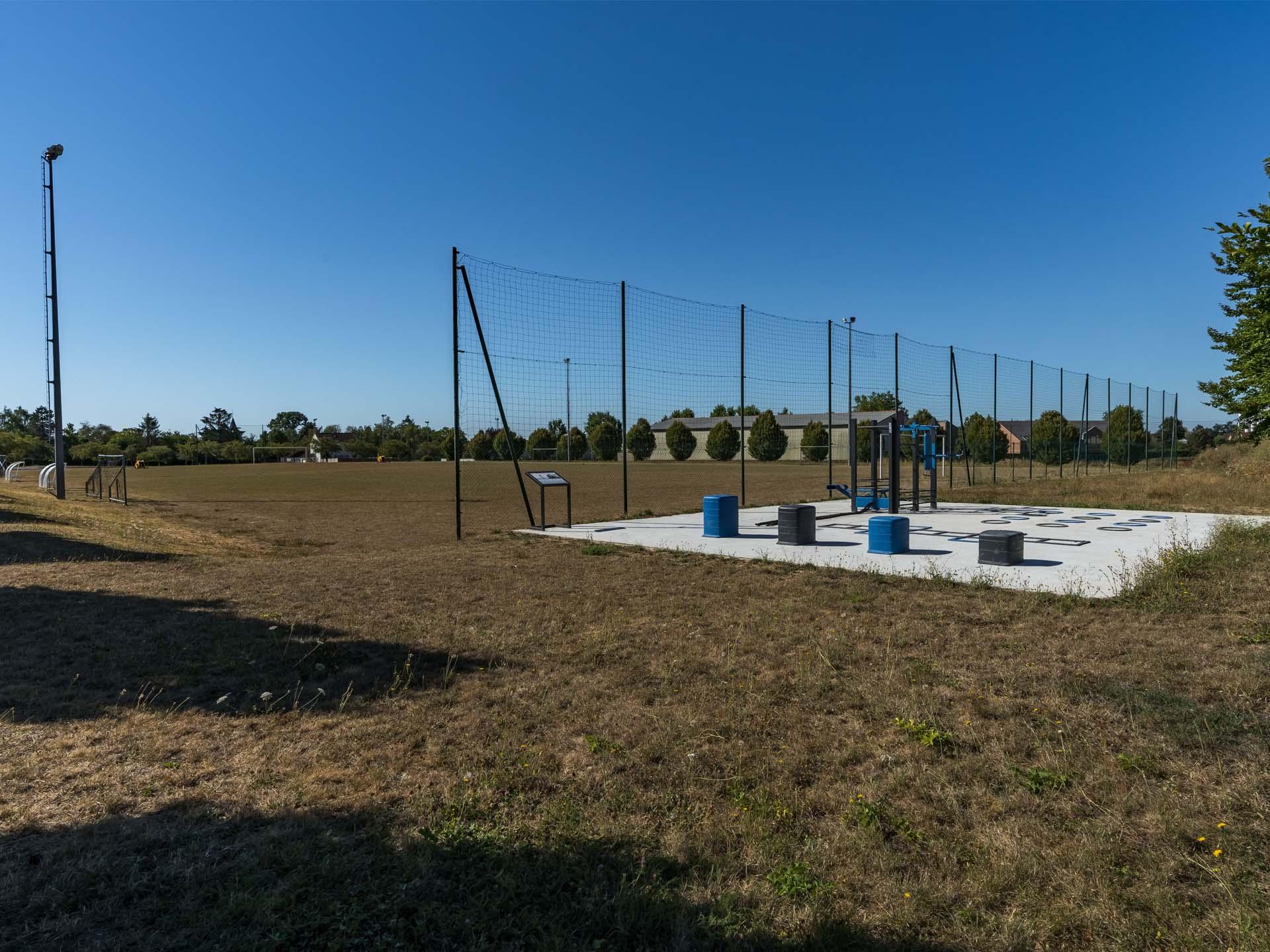 Photo de l'aire de fitness derrière les cages de football de Verneuil l'Etang