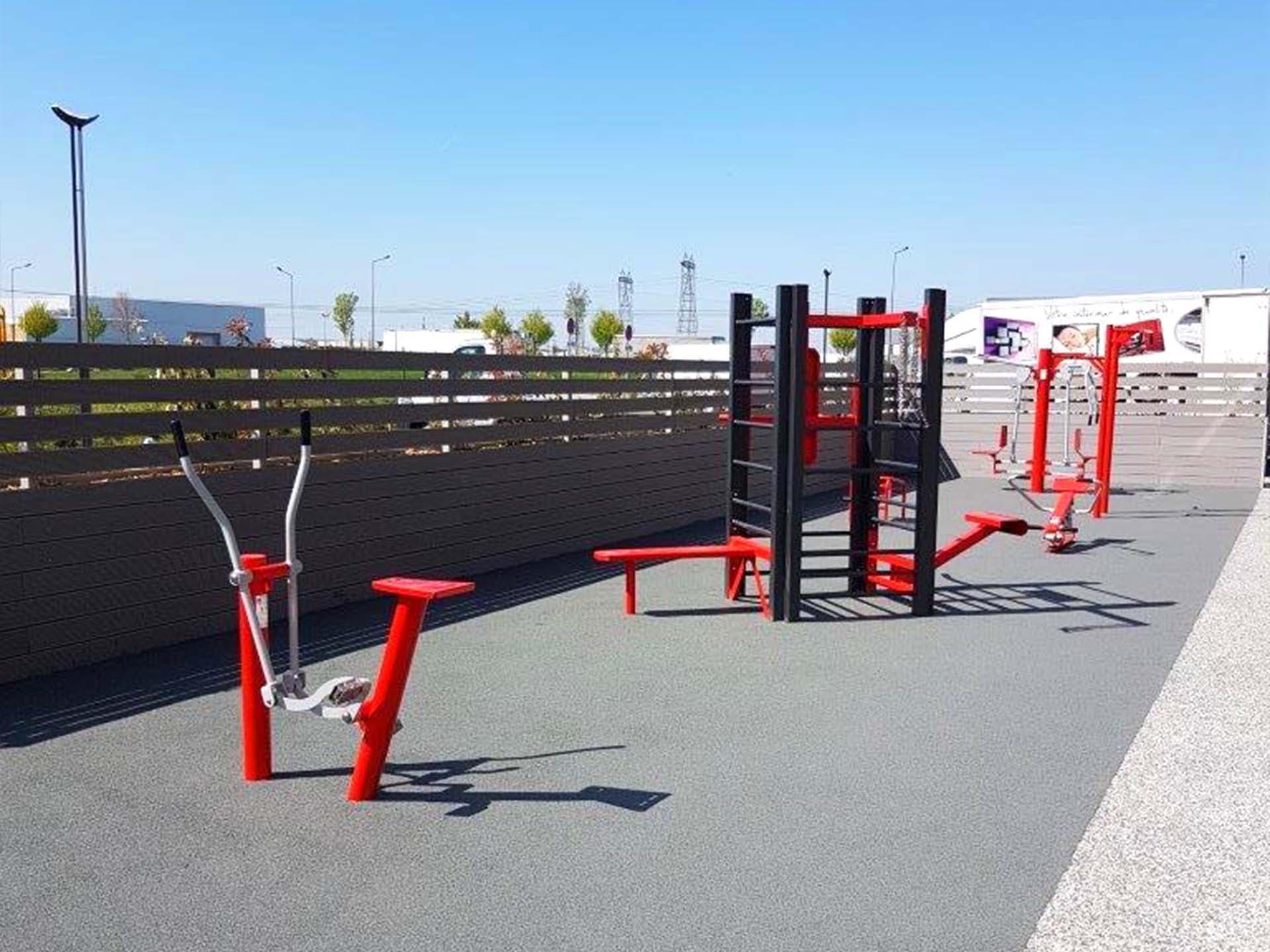 Photo de l'aire de fitness en extérieur du siège de Wurth Elektronik à Meyzieu