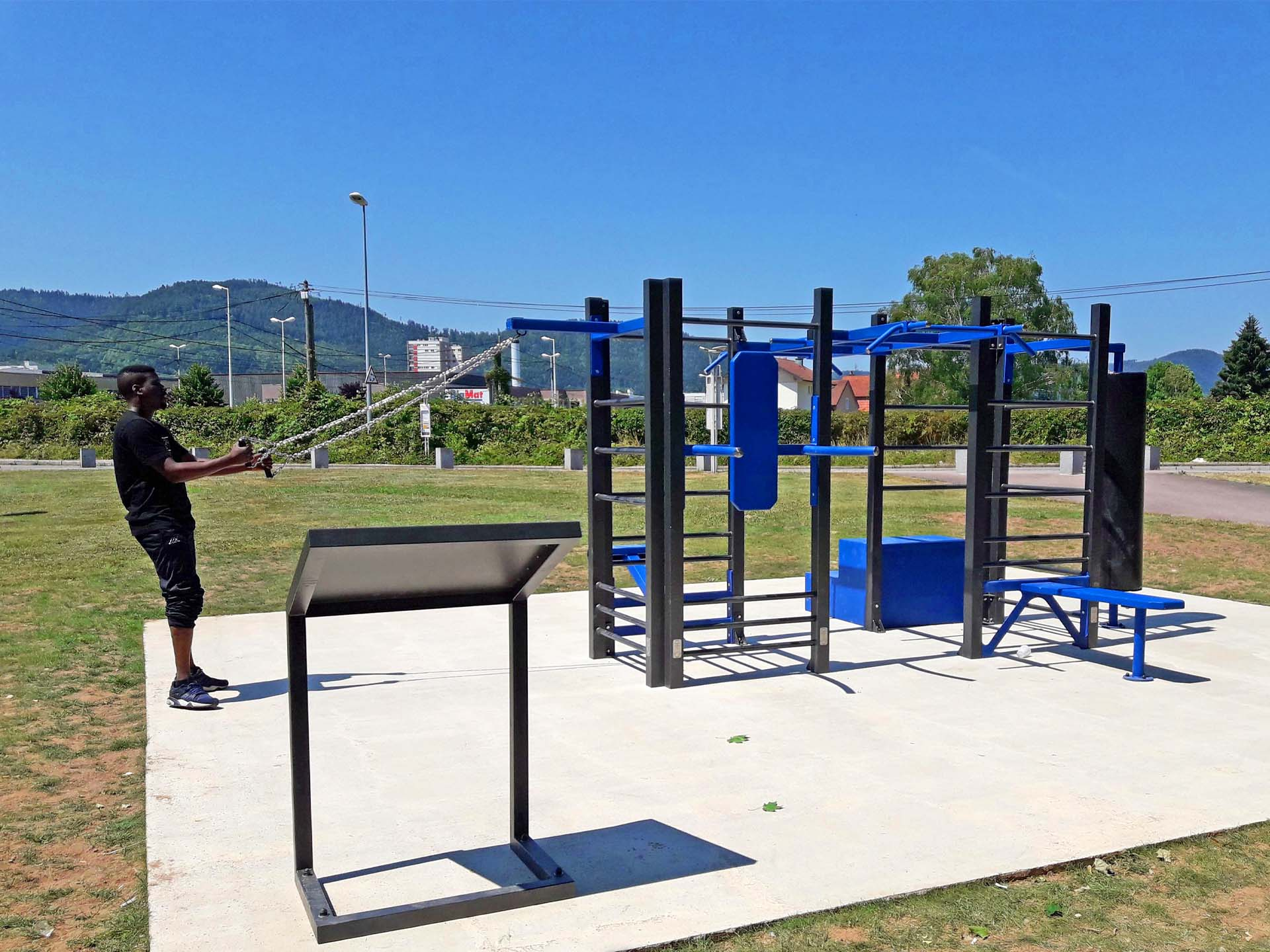 Photo d'un jeune homme faisant du sport sur un équipement extérieur à Saint Dié
