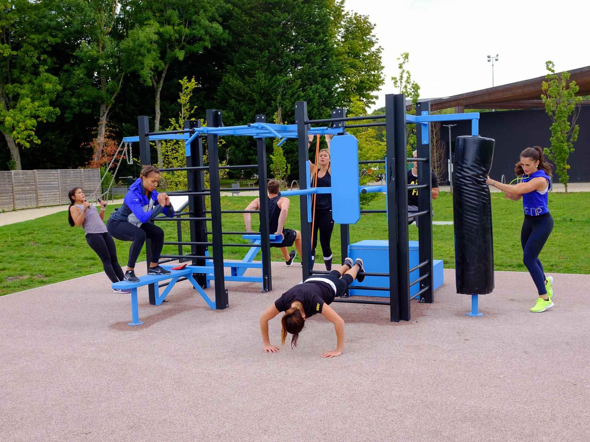 Photo d'un groupe de sportifs en train de s'entraîner sur le plateau sportif en plein air du complexe Marcel Bec de Meudon