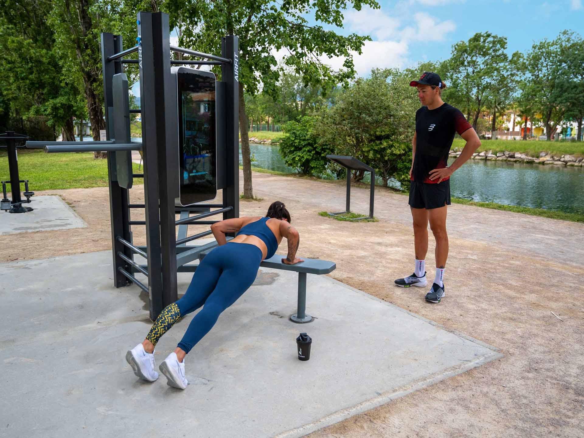 Photo de 2 sportifs utilisant la station digitale AirFit à Mandelieu-la-Napoule