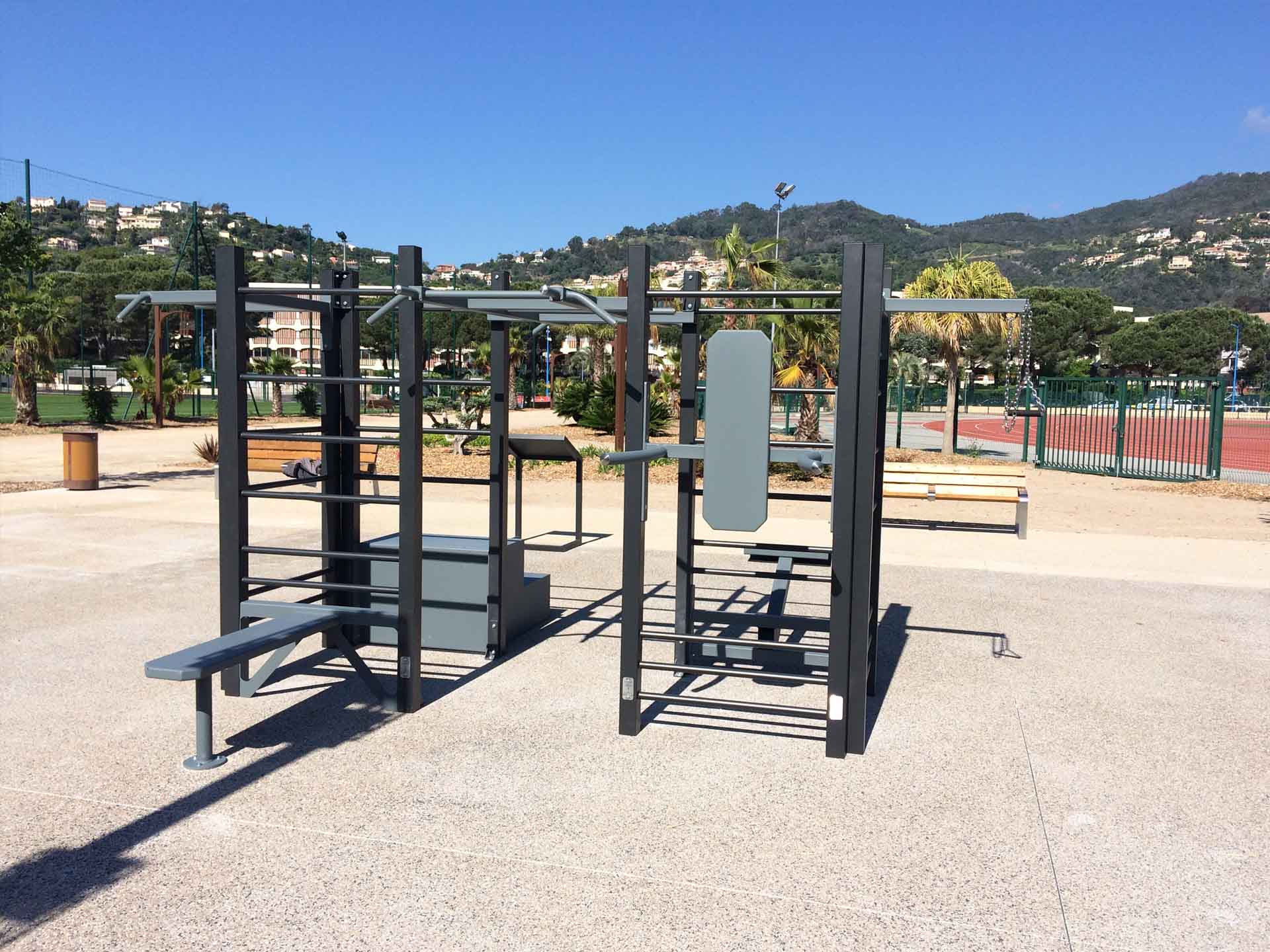 Photo de l'aire de fitness en extérieur au niveau des 2 stades de Mandelieu