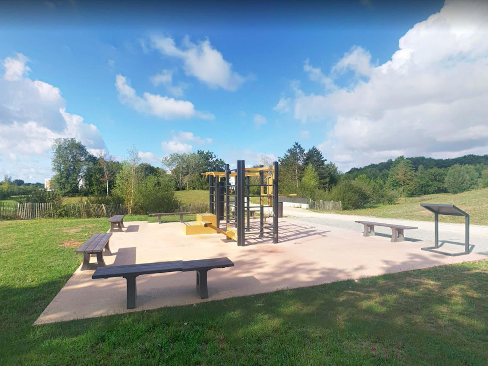 Photo de l'aire de fitness extérieur de Chartres de Bretagne - Parc de Loisirs