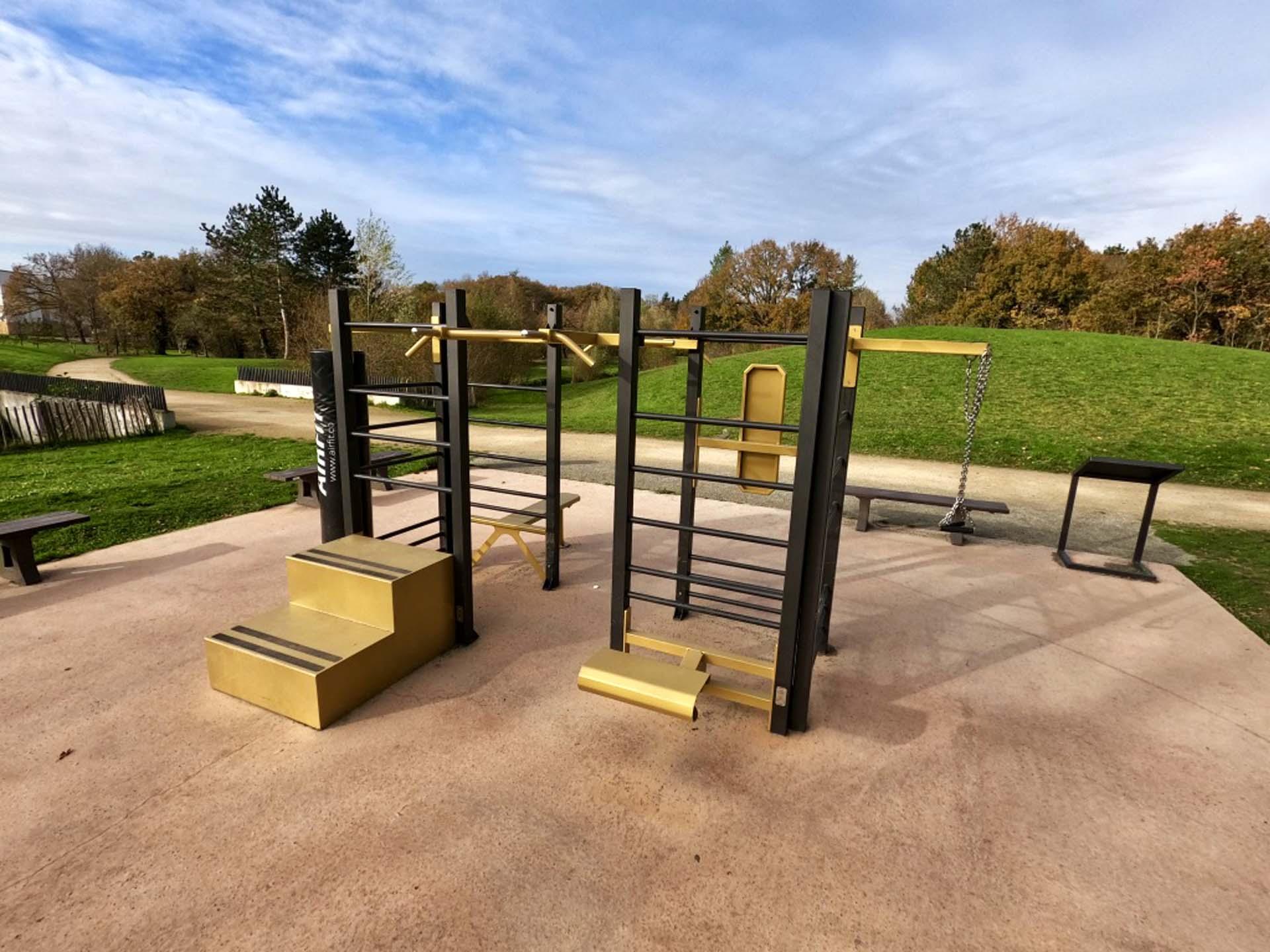Photo des agrès de fitness du Parc des Loisirs de Chartres de Bretagne