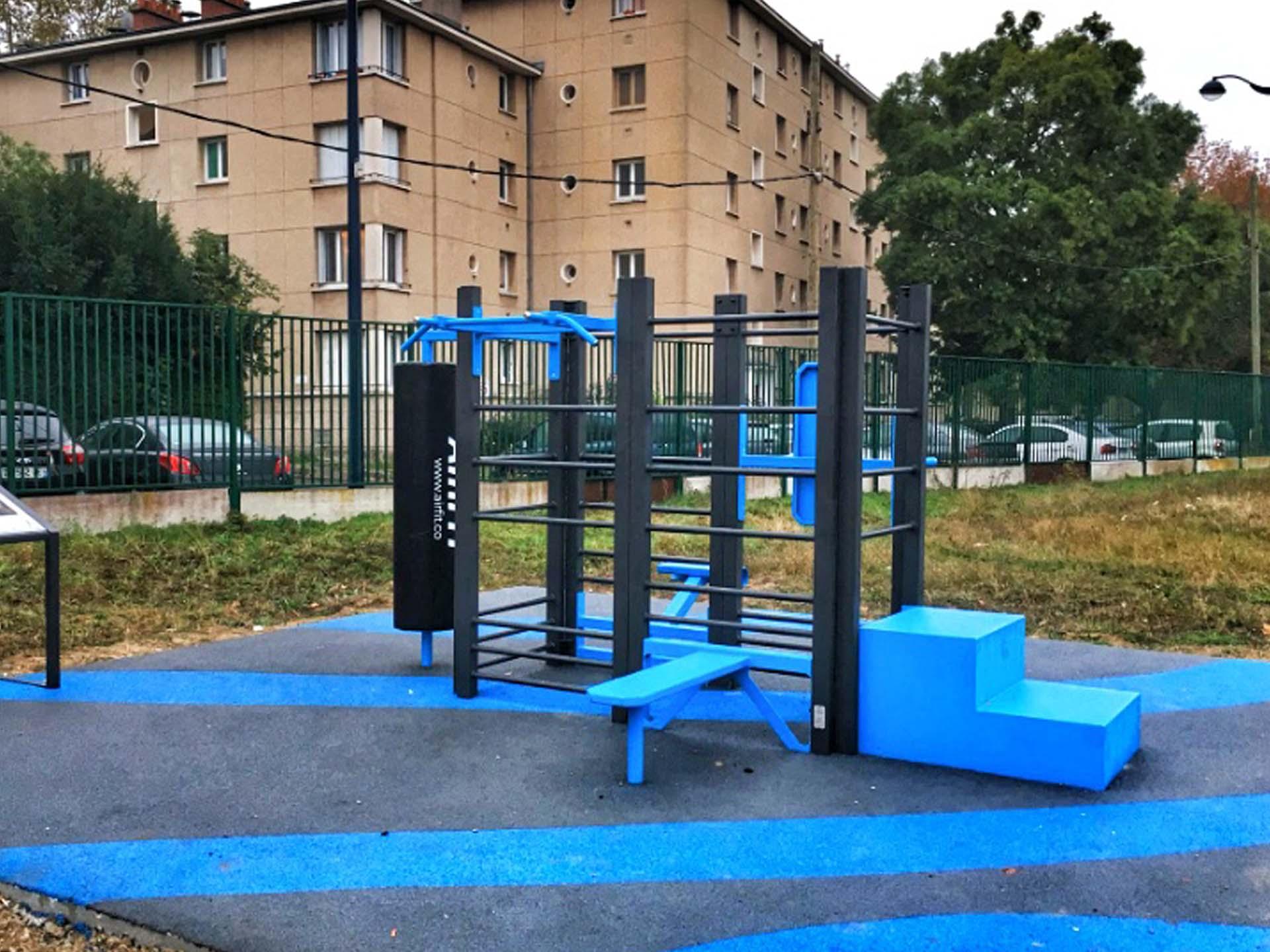 Photo de l'aire de fitness en extérieur du complexe sportif Alain Mimoun à Dugny