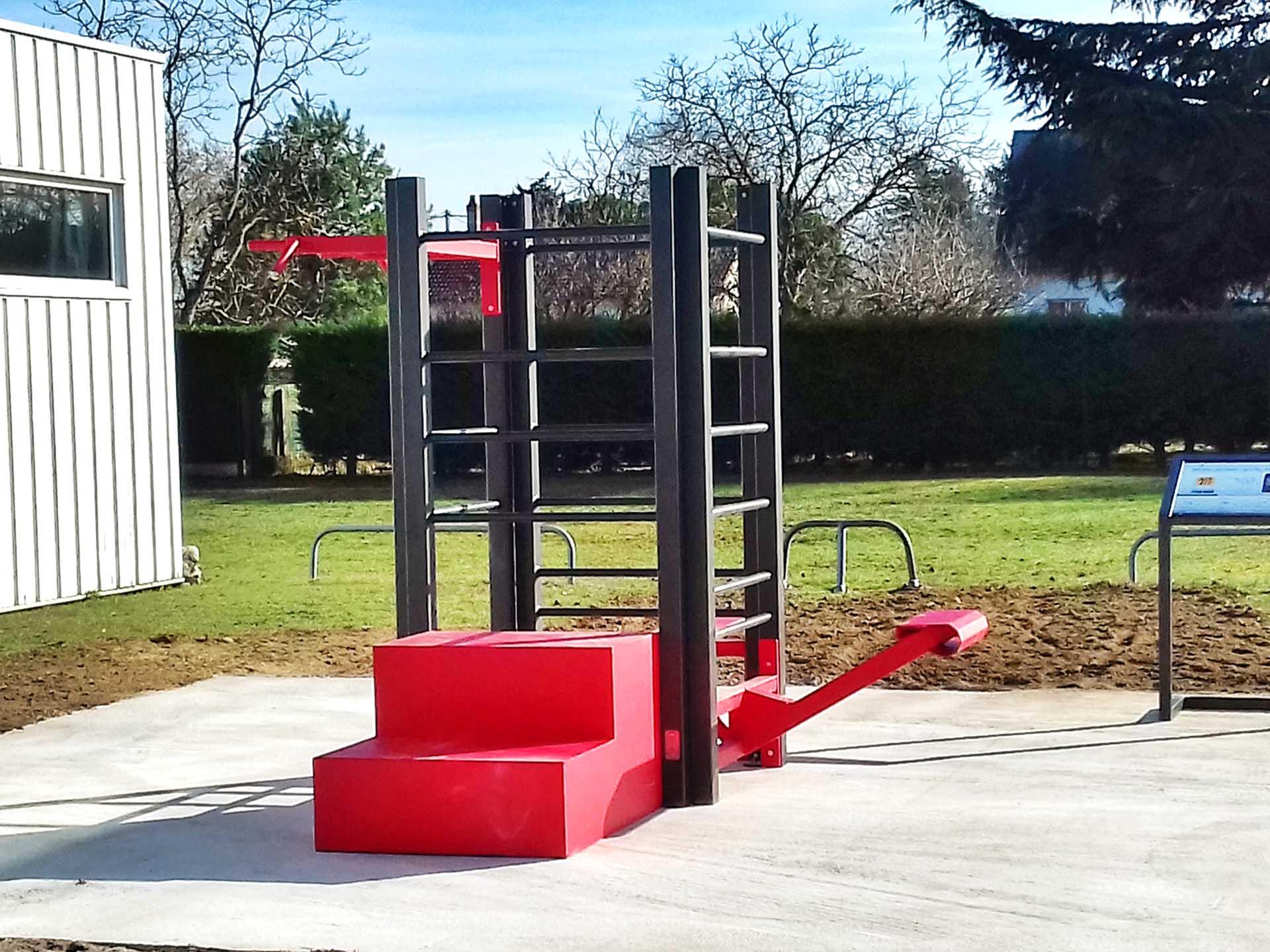 Photo de l'aire de fitness connectée rouge AirFit de Contres
