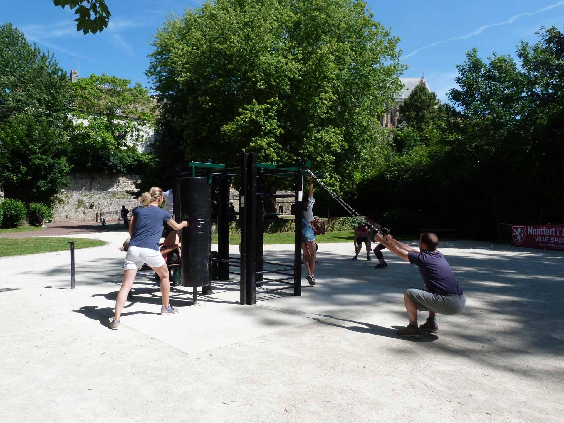 Photo de sportifs pratiquant sur l'aire fitness extérieure à Montfort l'Amaury