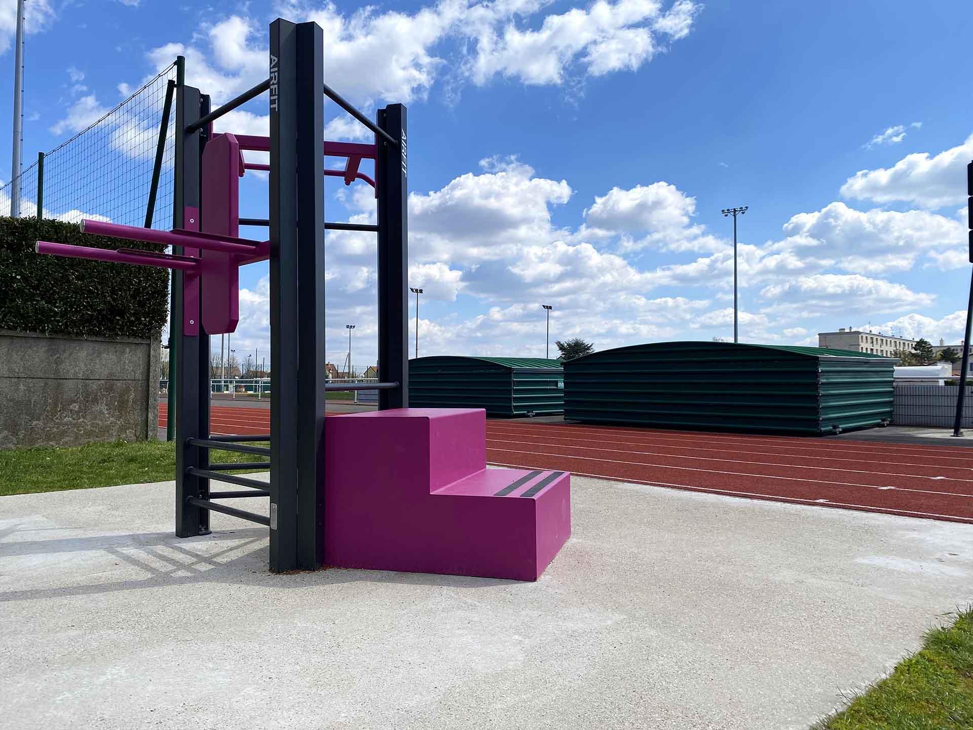 Photo de l'aire de sport en plein air rose du Stade Maurice Bacquet à Houilles