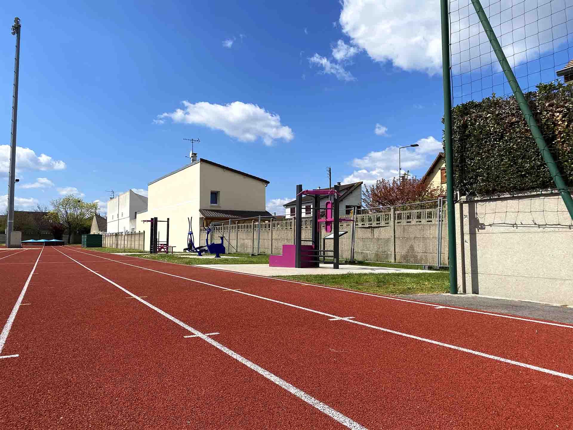Photo des aires de fitness en bord de la piste d'athlétisme du Stade Maurice Bacquet à Houilles
