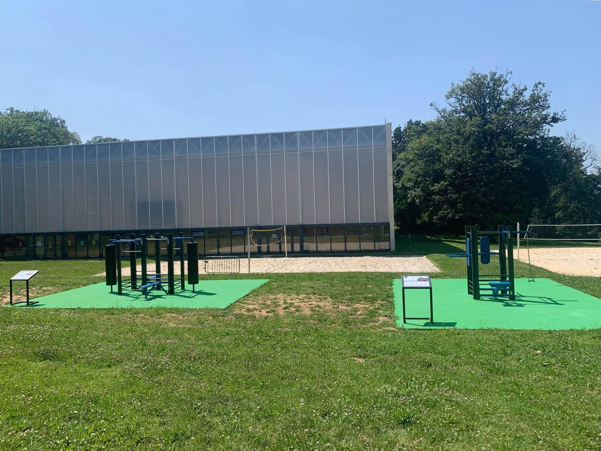 Photo des 2 espaces fitness devant le terrain de Beach Volley du campus HEC Paris