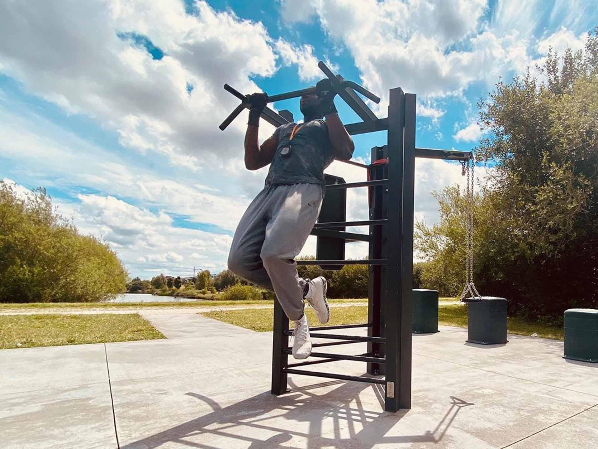 Photo d'un homme faisant des tractions dans le parc du Génitois à Bussy Saint Georges