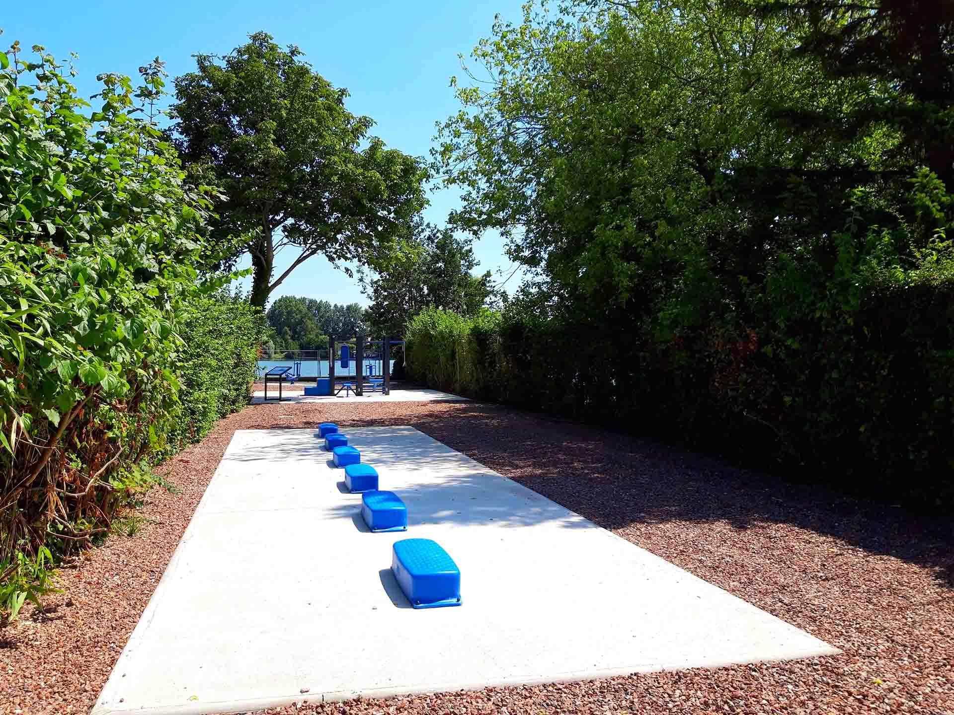 Photo des équipements sportifs bleus en extérieur à côté de l'Etang d'Ardres