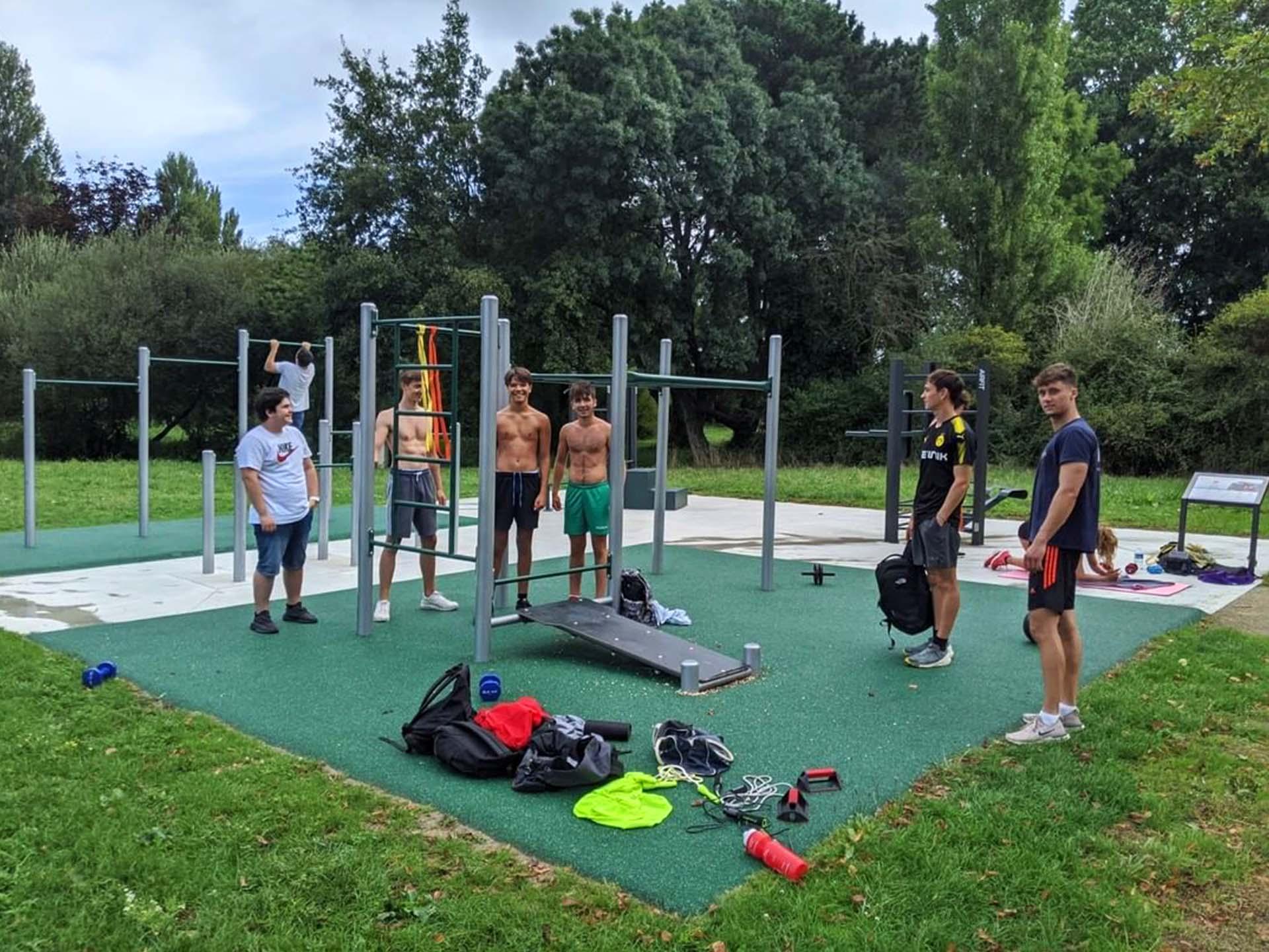 Photo d'un groupe de sportif en train de faire du Street-Workout à Carquefou