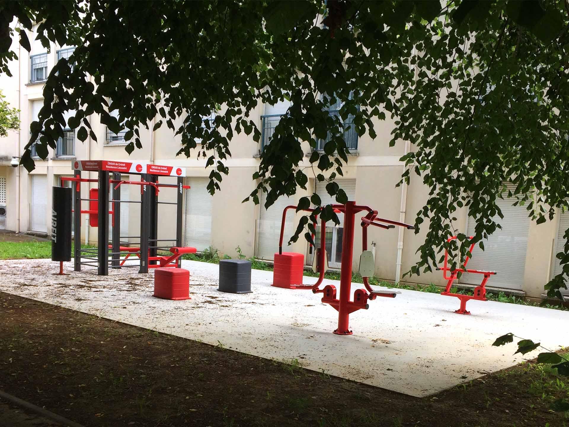 Photo de l'aire de fitness AirFit en extérieur dans la résidence de Lieusaint