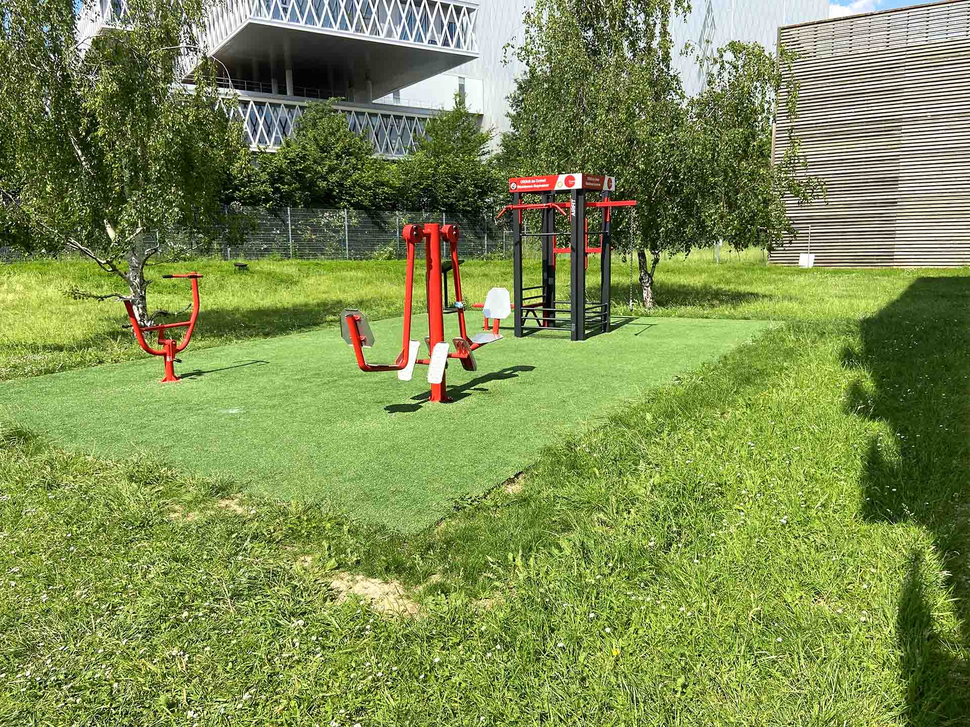 Photo des équipements rouges en plein air de la résidence Guynemer à Saint Denis