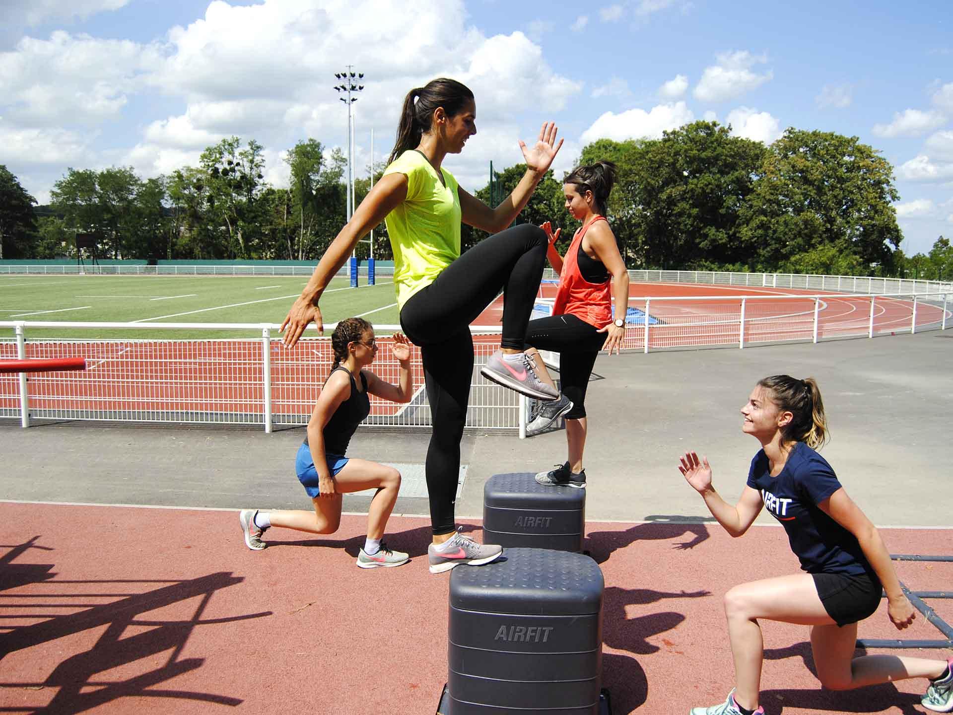 Photo d'un groupe pratiquant du sport sur des plints dans le complexe sportif René le Duc à Meudon