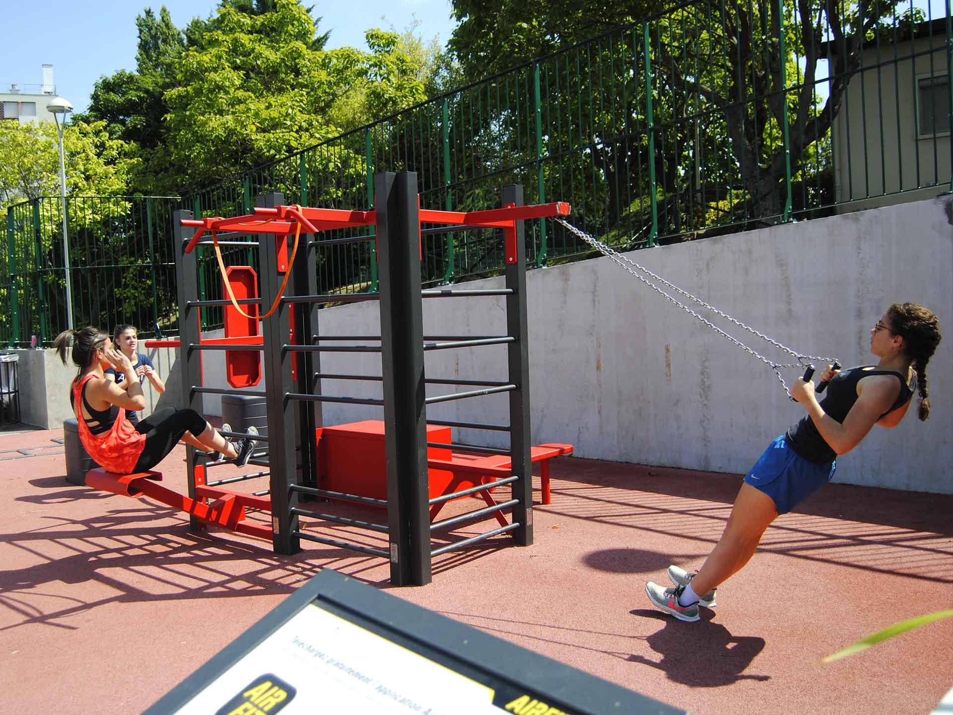 Photo de sportifs utilisant l'aire de fitness du complexe René Leduc à Meudon