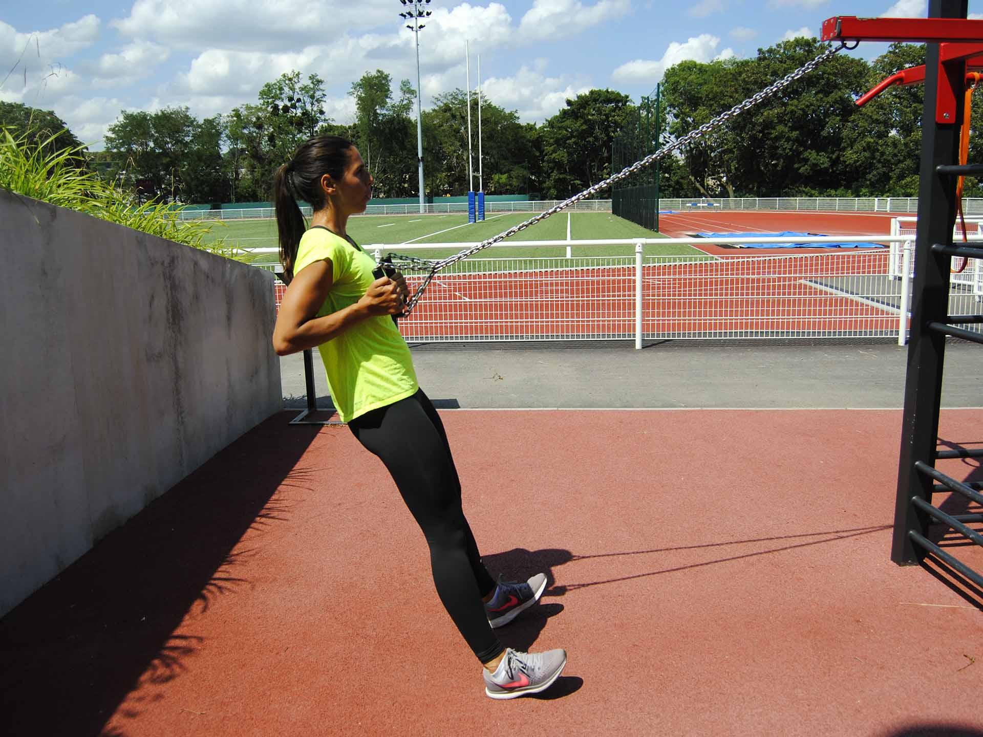Photo d'une femme sportive en train de faire du sport avec des chaînes de suspension AirFit