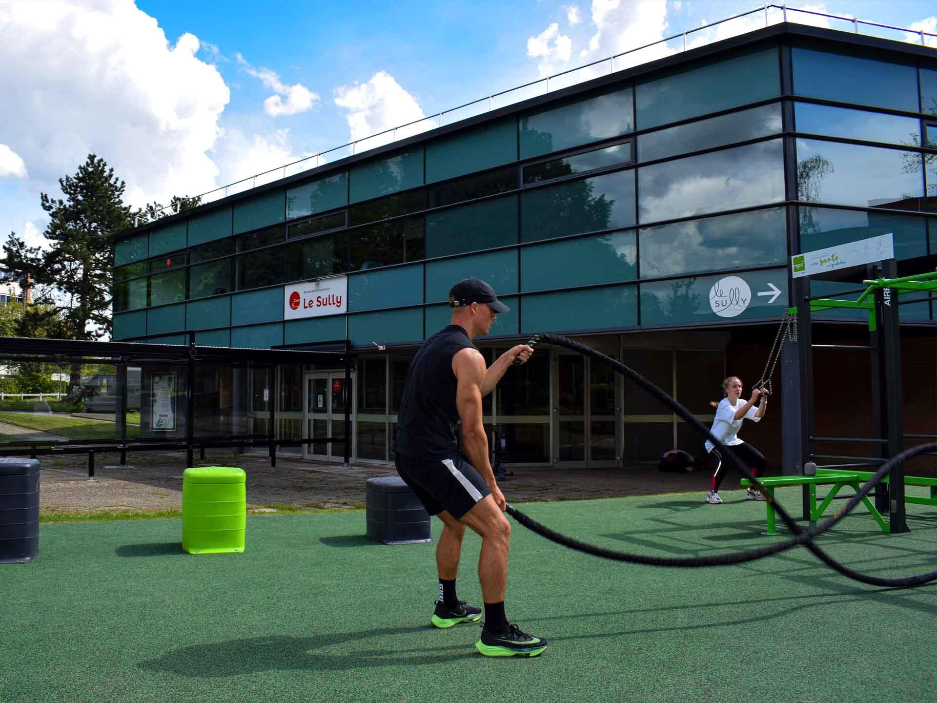 Photo de 2 sportifs sur le plateau sportif AirFit de Lille