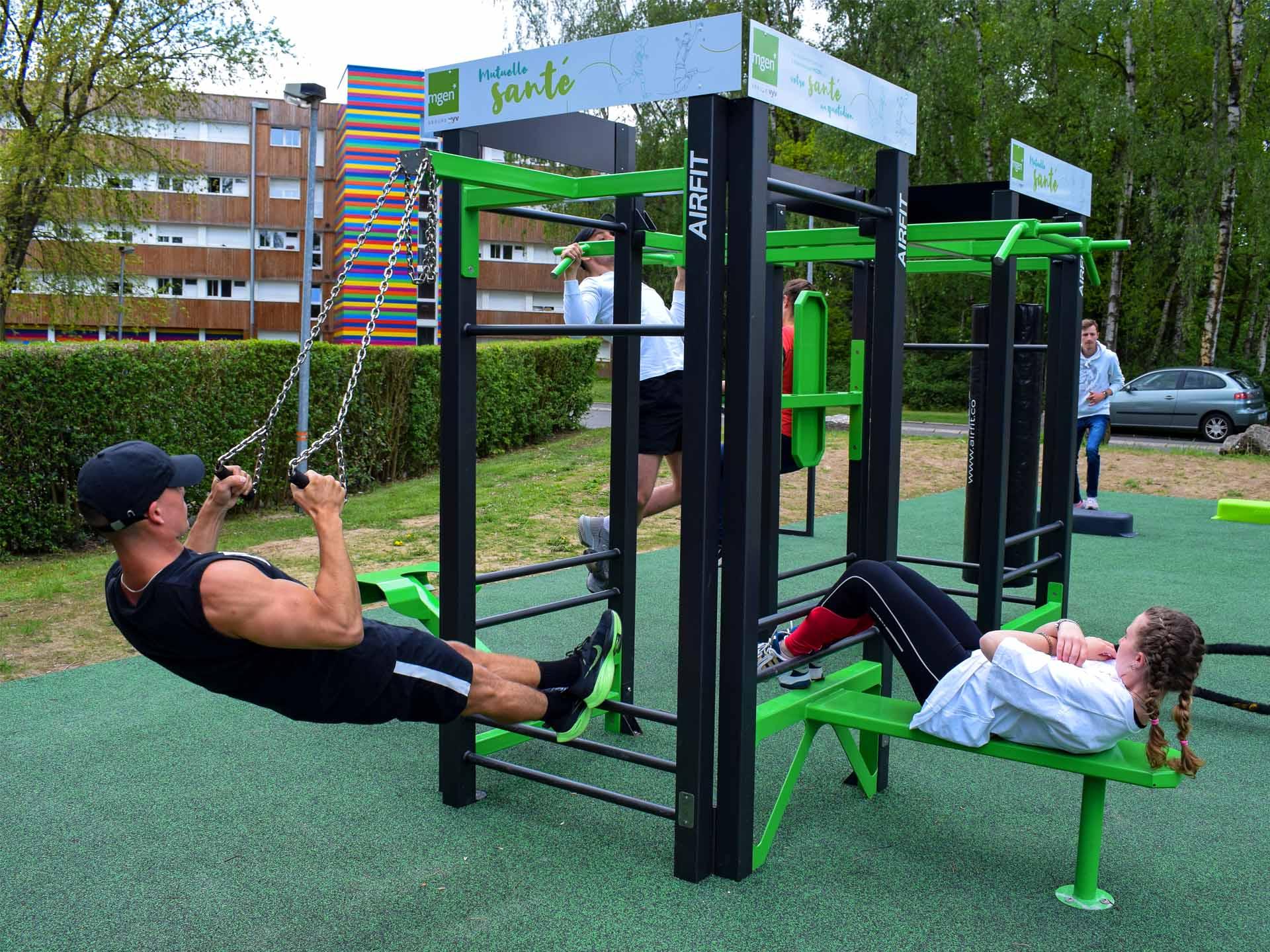 Photo d'étudiants en train de faire du sport sur la Station AirFit du campus universitaire de Lille