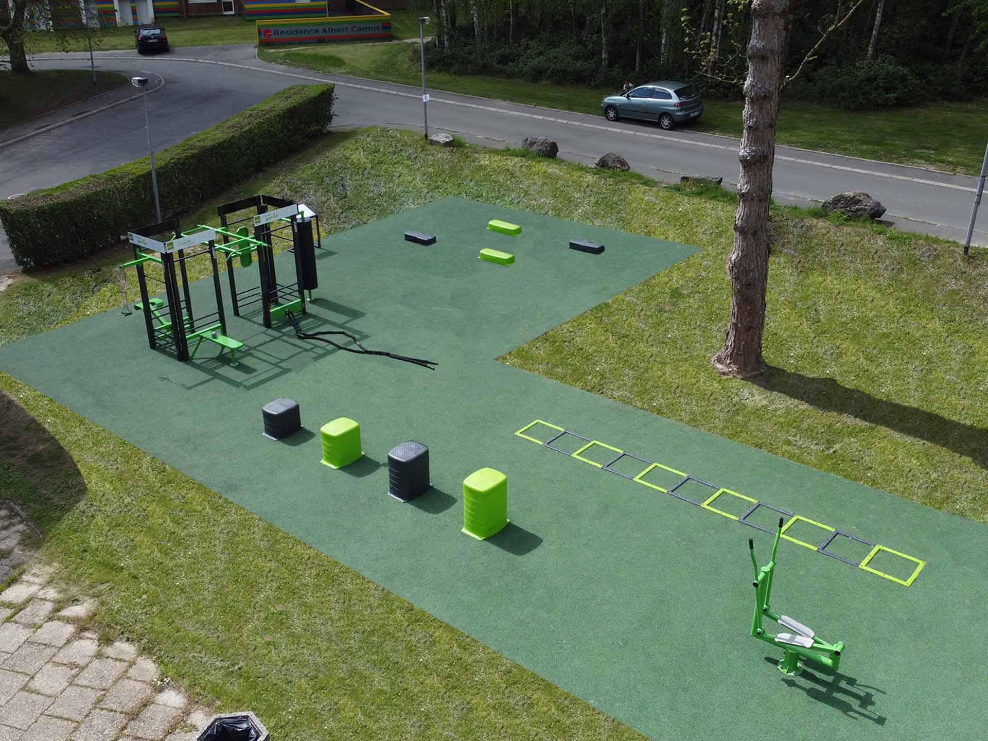 Photo de l'aire de fitness extérieure face au restaurant Sully du CROUS de Lille