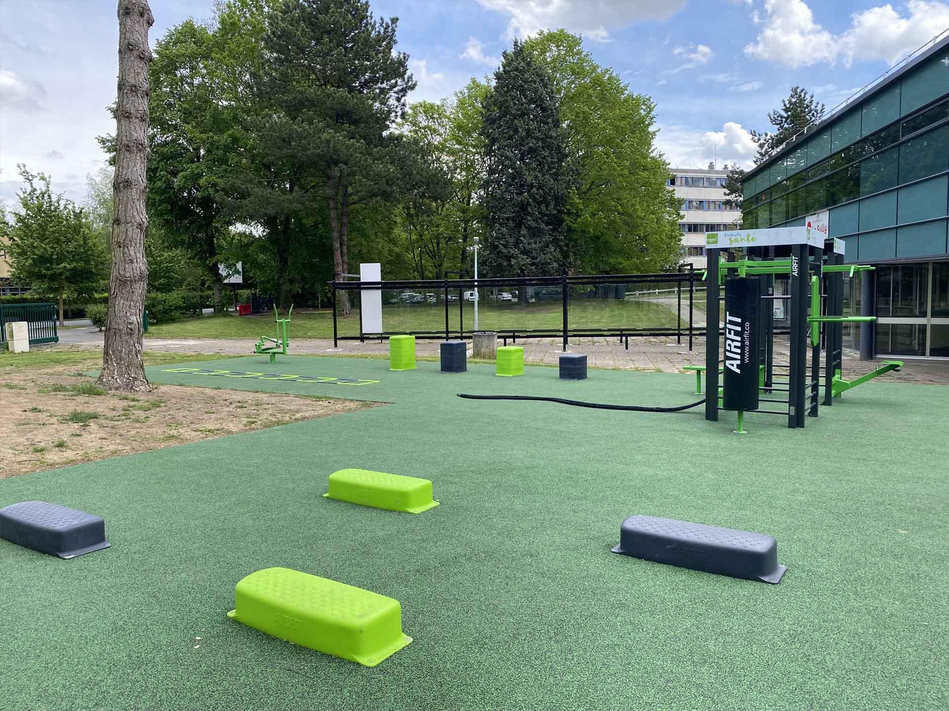 Photo du plateau sportif en extérieur vert et noir AirFit dans la cité universitaire de Lille