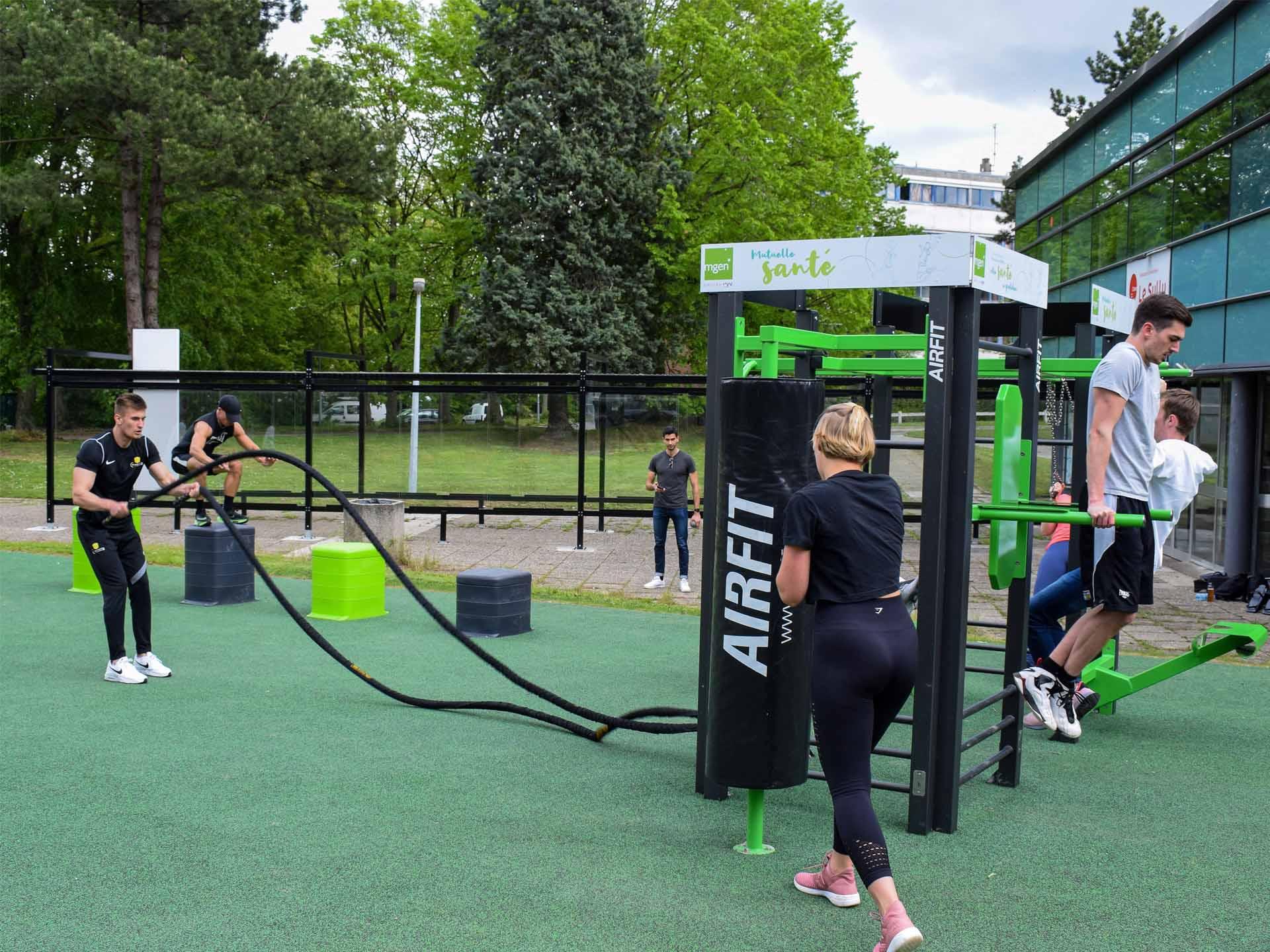 Photo d'un groupe de sportifs sur l'aire de fitness en plein air du restaurant CROUS Lille