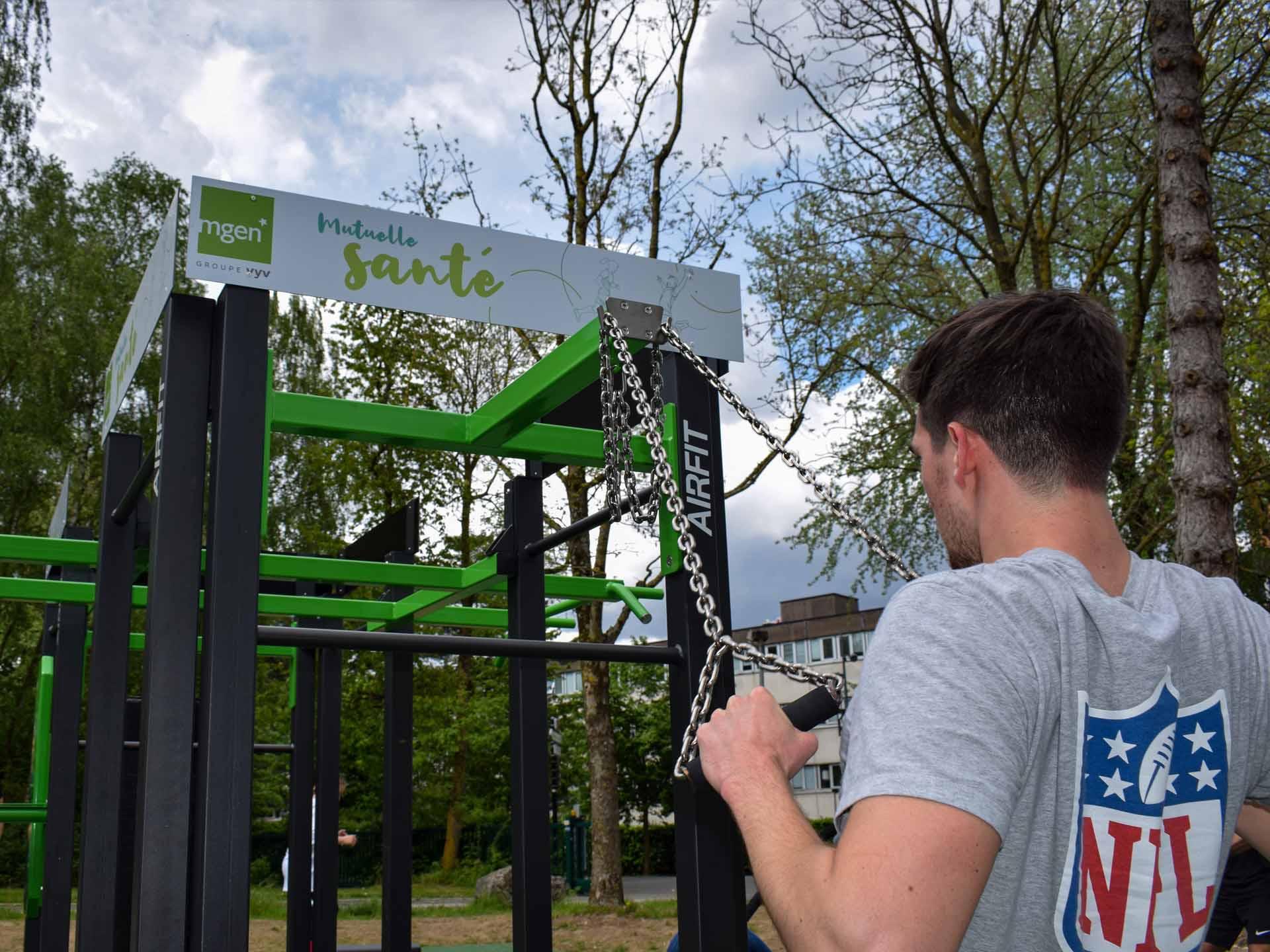 Photo d'un jeune homme utilisant les chaînes de suspension sur une Station de Cross-Training 8 Faces AirFIt